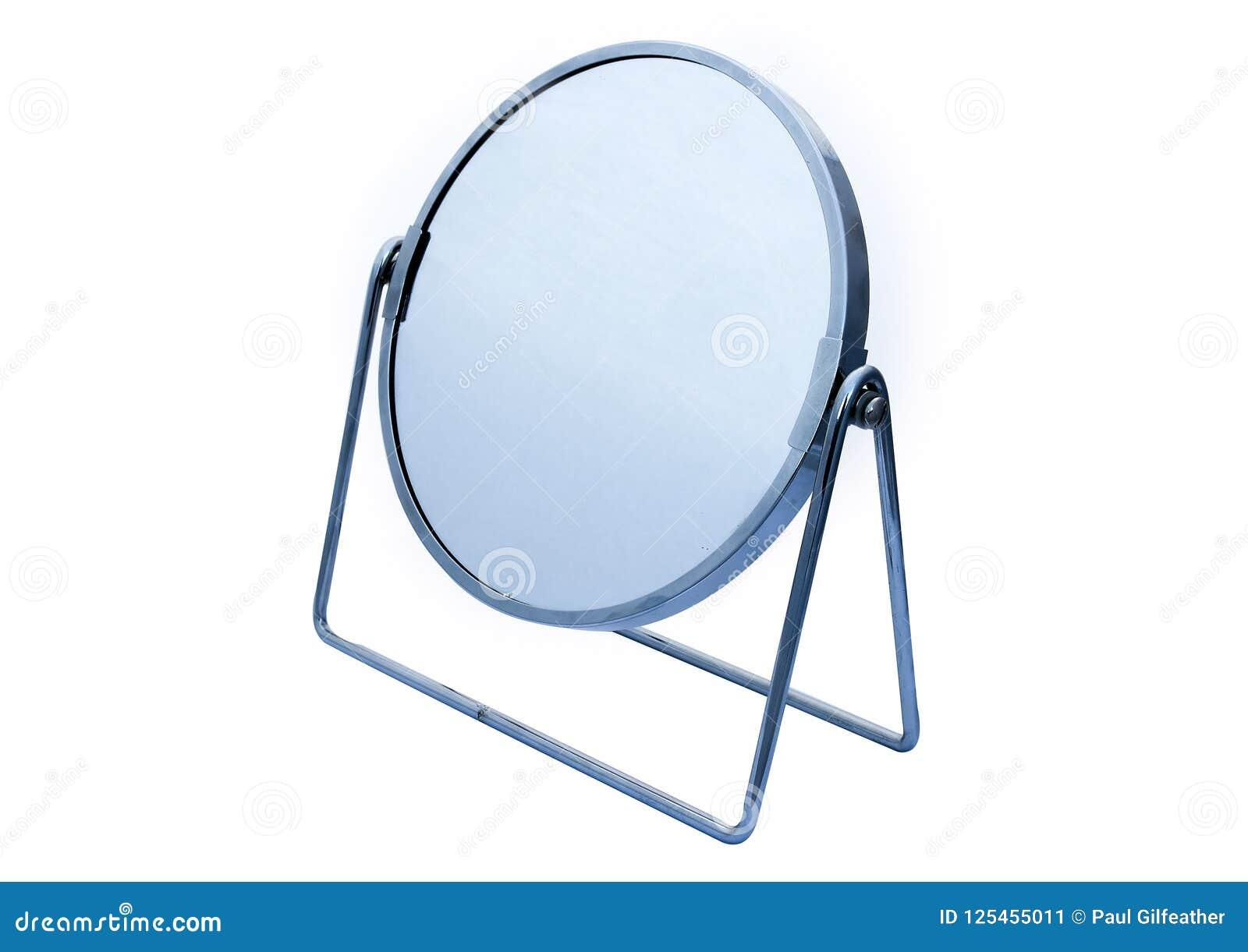 Het titelen van cirkel scharnierend chroom ontwierp ijdelheidsspiegel voor make-up of het scheren enz. op witte achtergrond