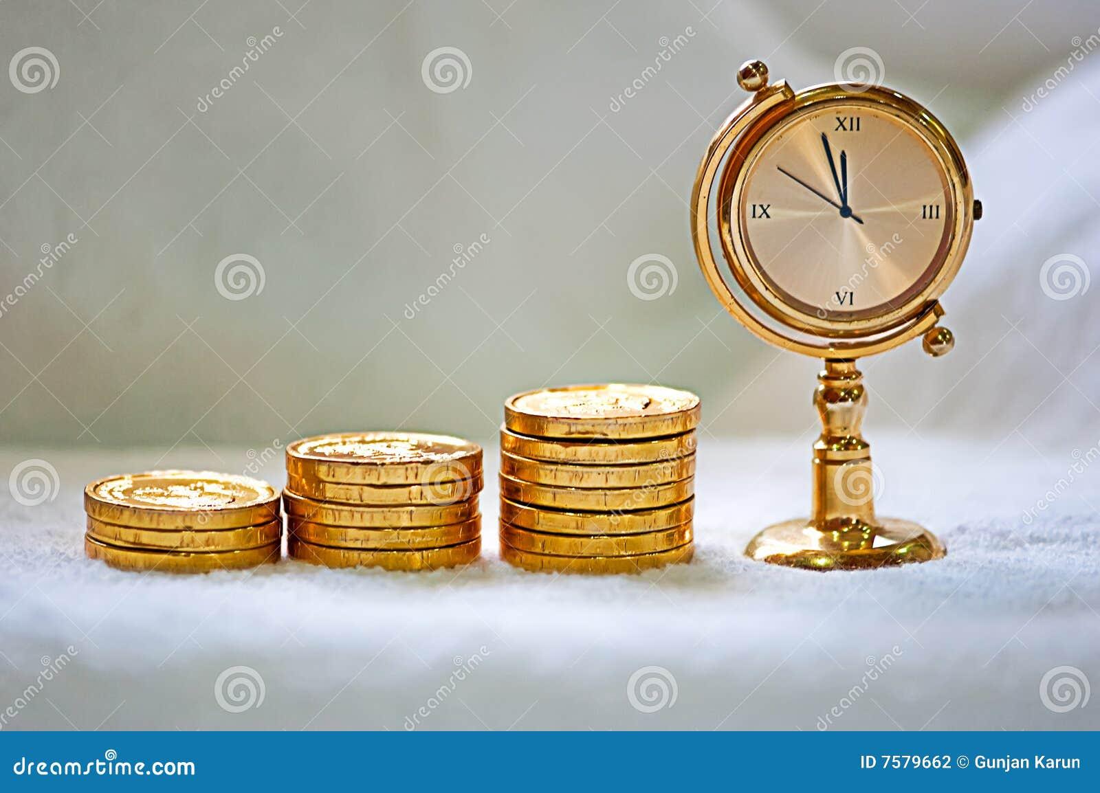 Het toenemen stapel van gouden muntstukken met een klok