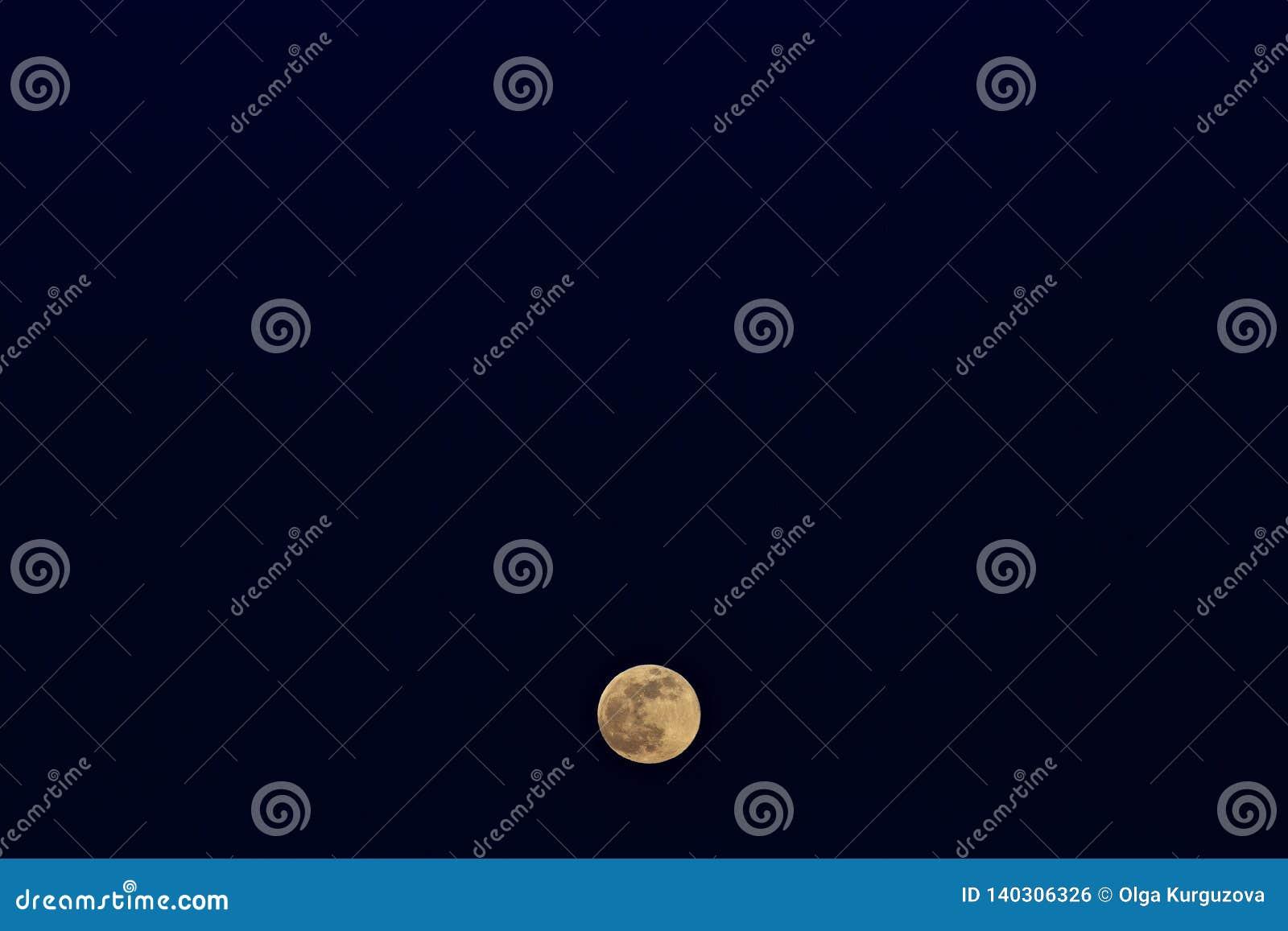 Het toenemen van de volle maan Zonsondergangtijd in de schemeringhemel