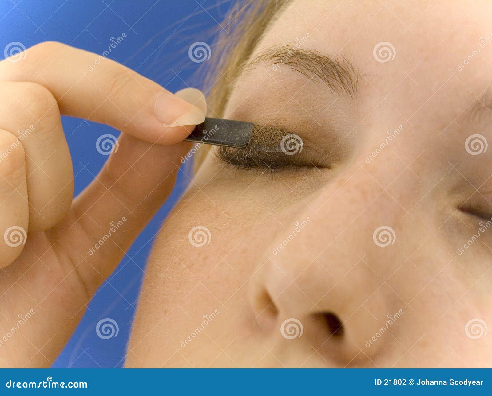 Het toepassen van oogschaduw