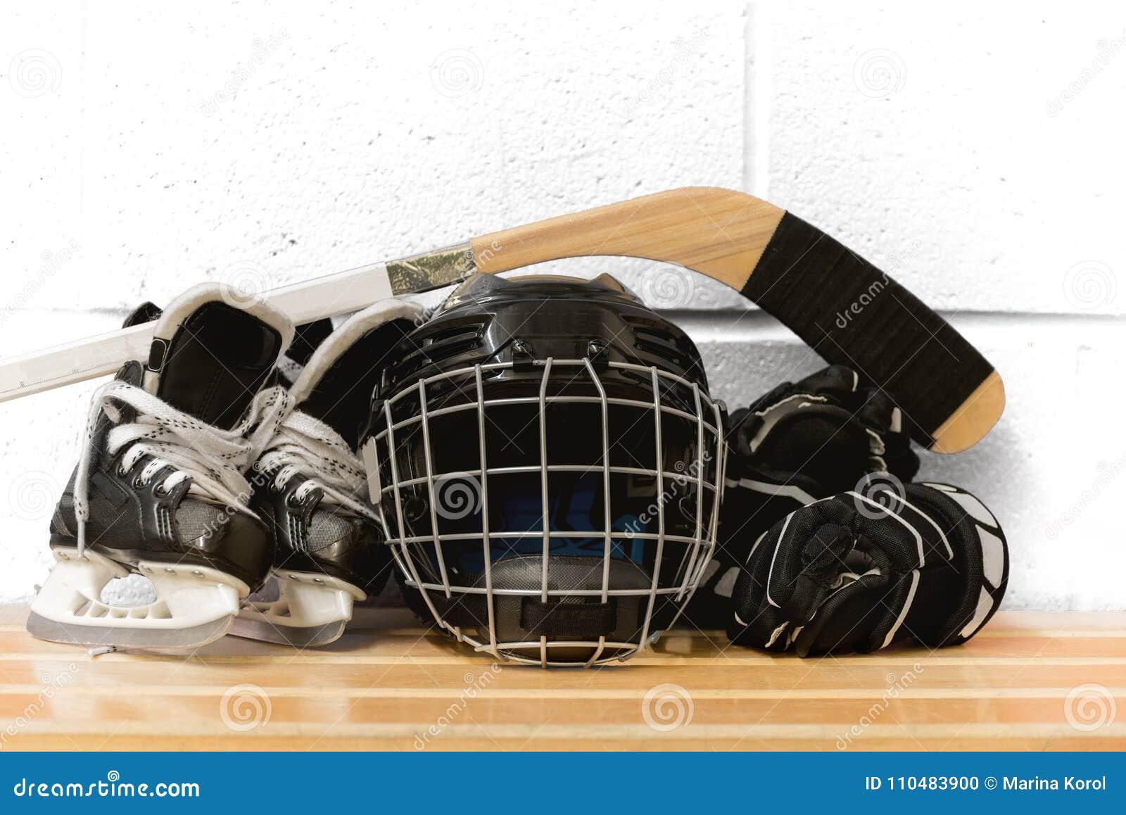 Het toestel van het jong geitje` s hockey: helm, stok, handschoenen, vleten