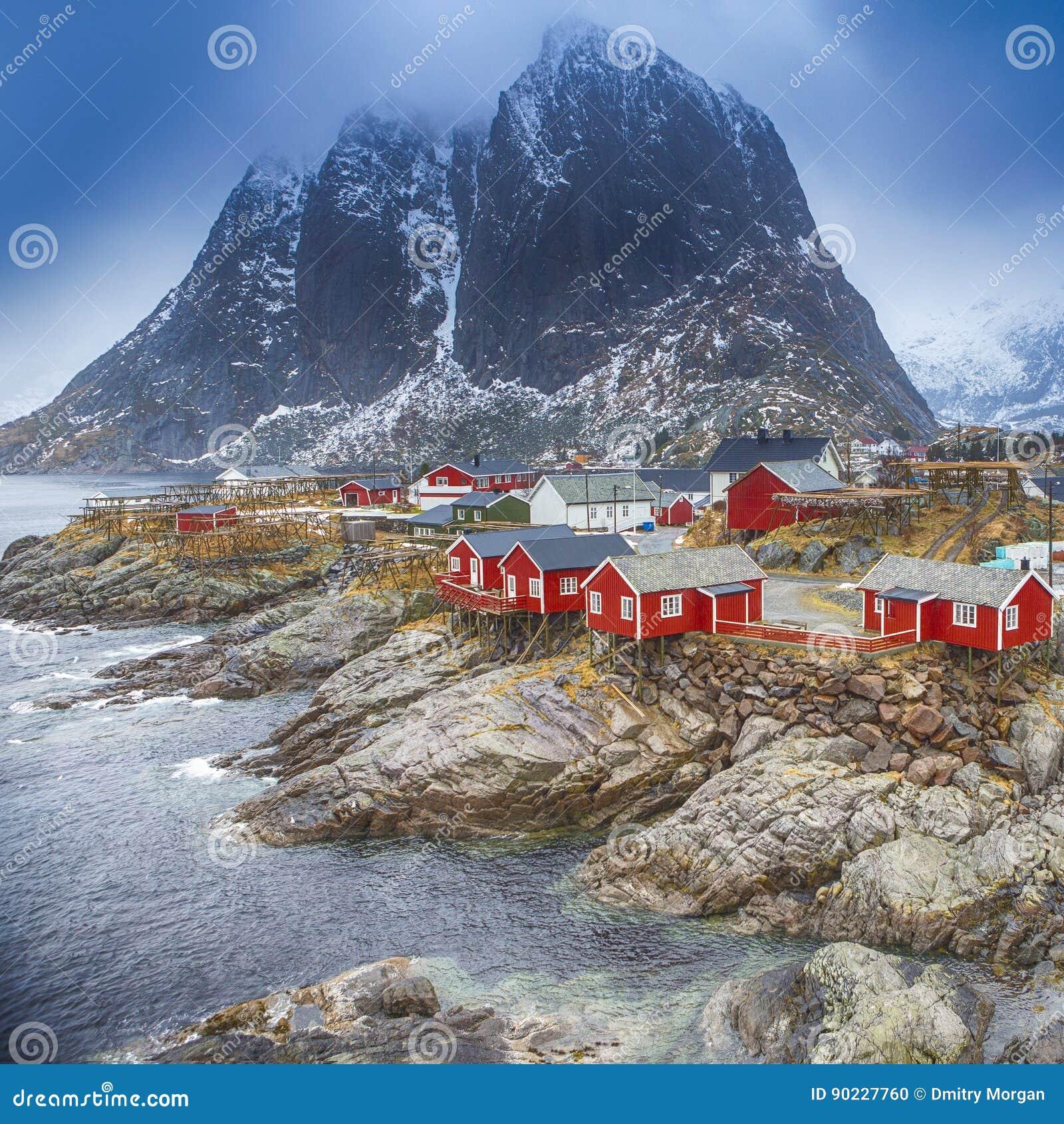 Het traditionele Dorp van de Visserijhut in Hamnoy-Bergpiek in Lofoten-Eilanden, Noorwegen