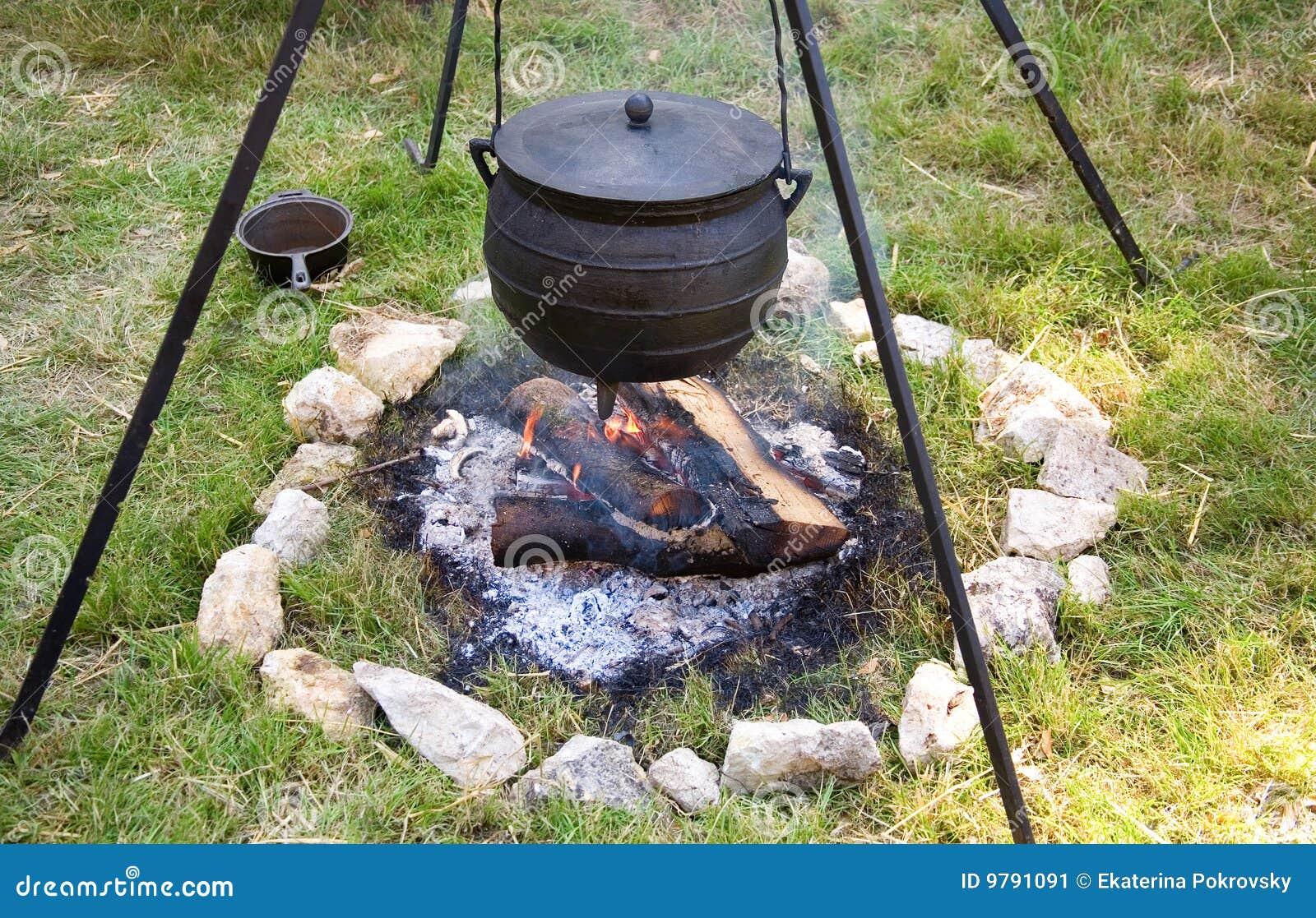 Het traditionele kampvuur koken stock afbeelding afbeelding 9791091 - Koken afbeelding ...