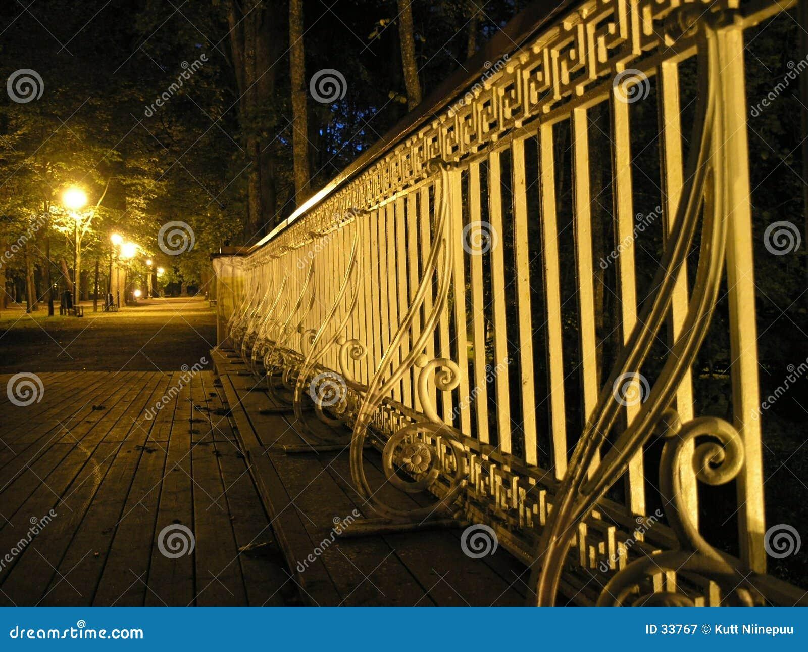 Het traliewerk van de brug bij nacht