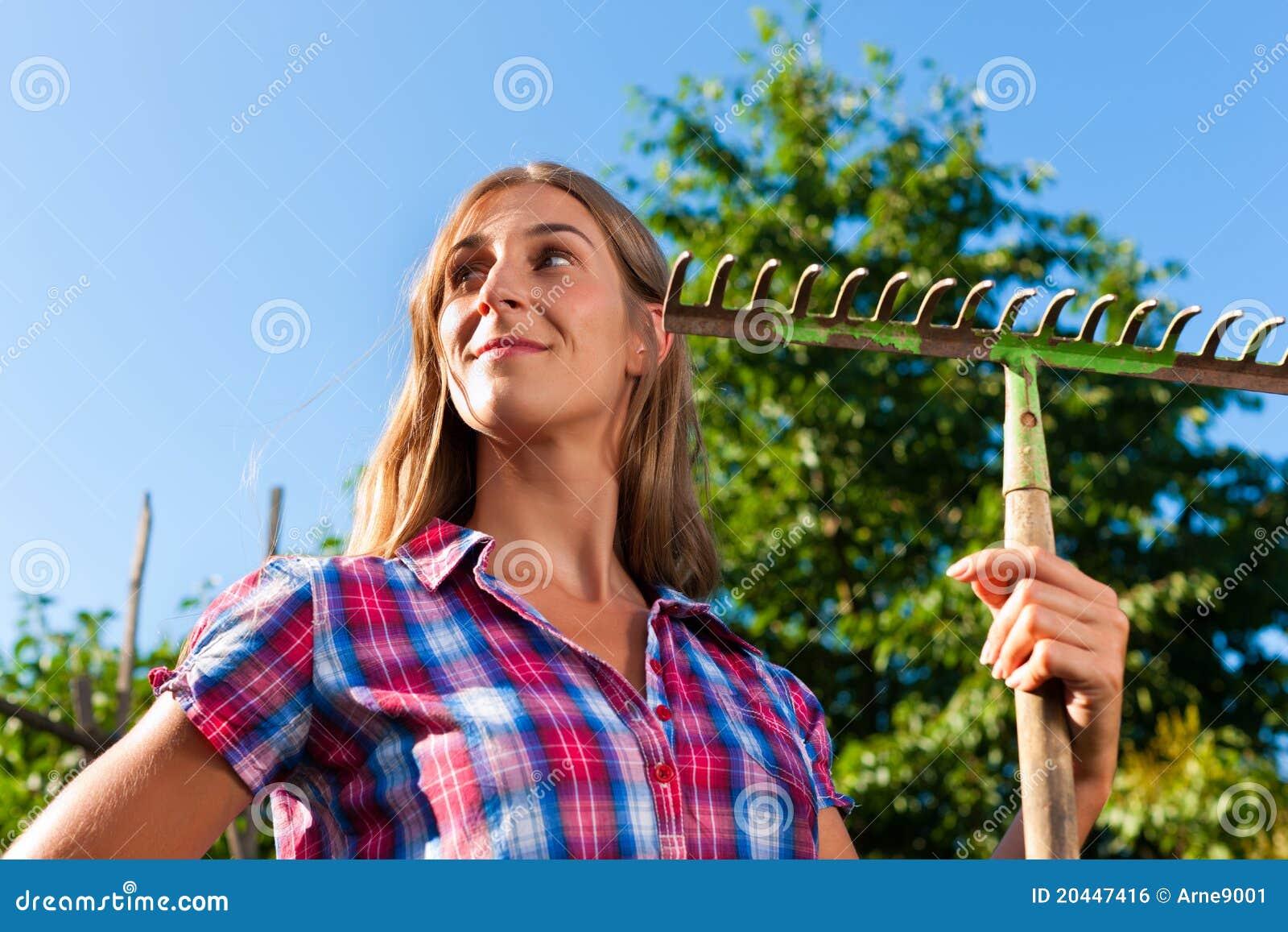 Het tuinieren in de zomer - vrouw met rooster