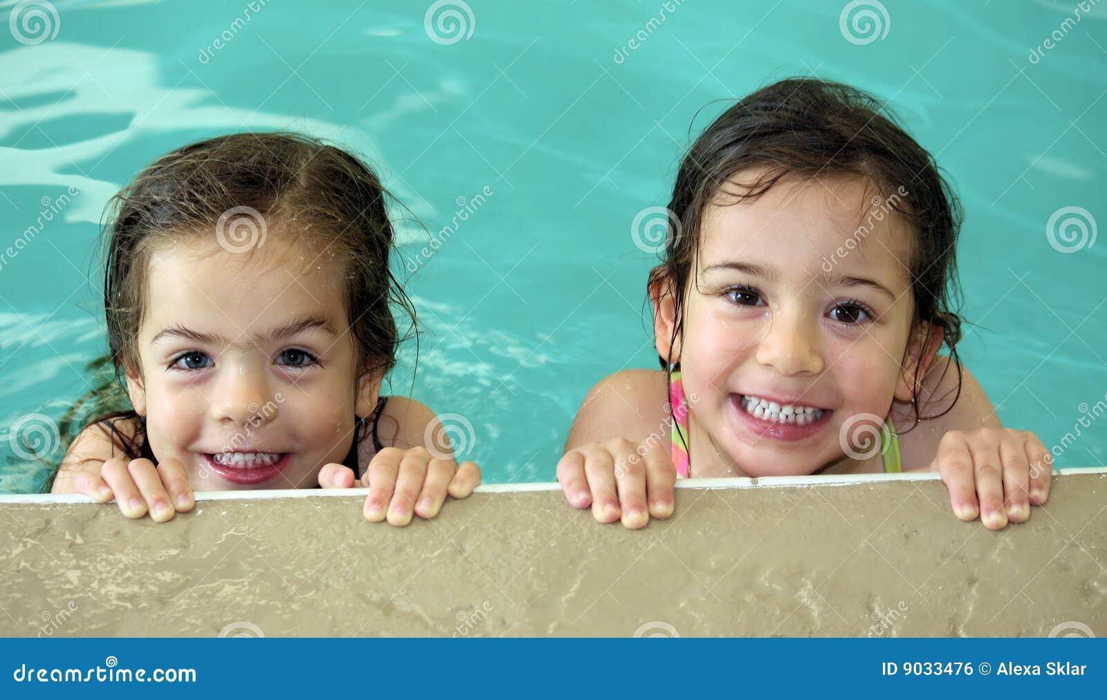 851b4378399896 Het Tweeling Meisjes Zwemmen Stock Foto - Afbeelding bestaande uit ...