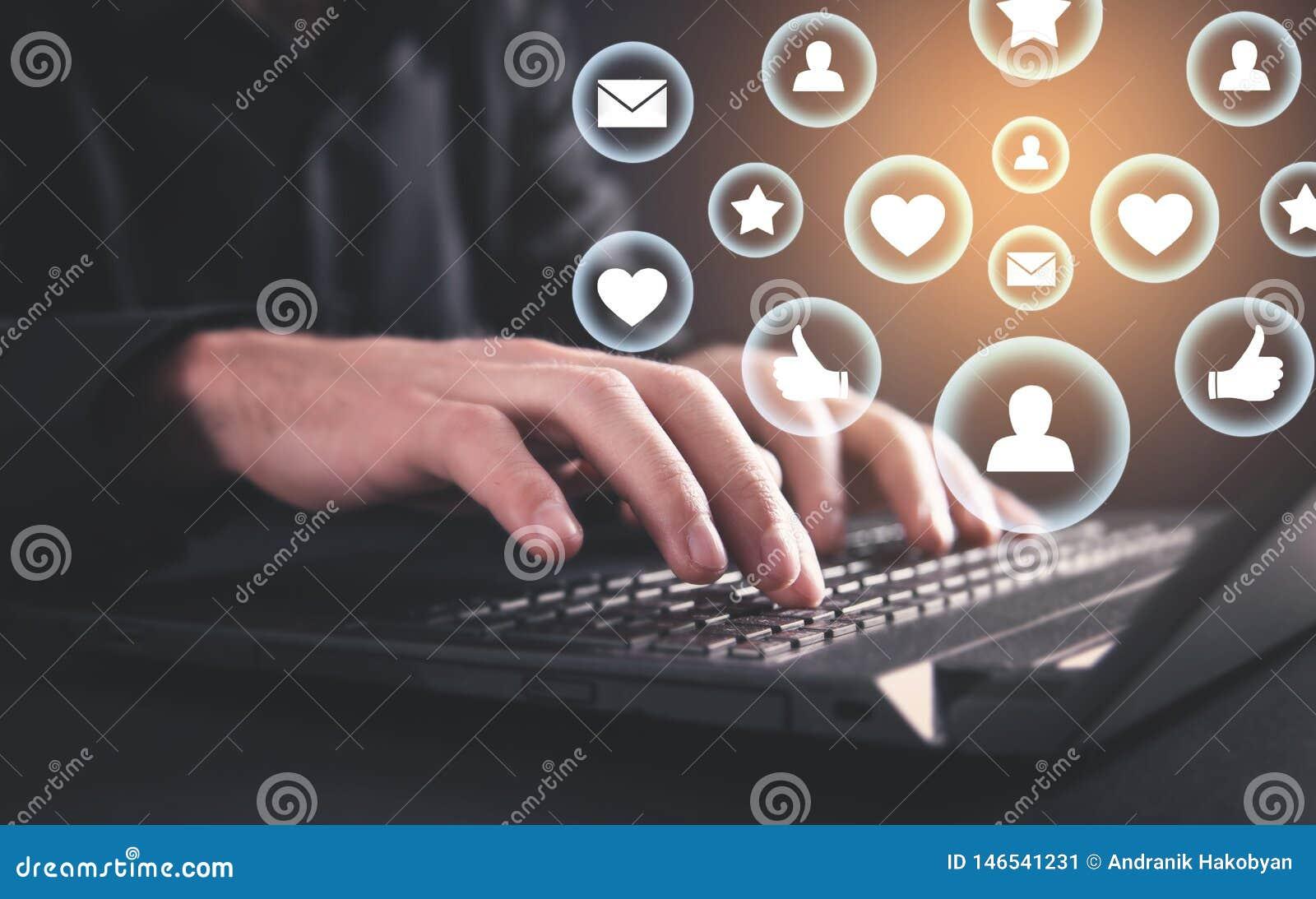 Het typen van de hand op laptop toetsenbord Sociaal media concept