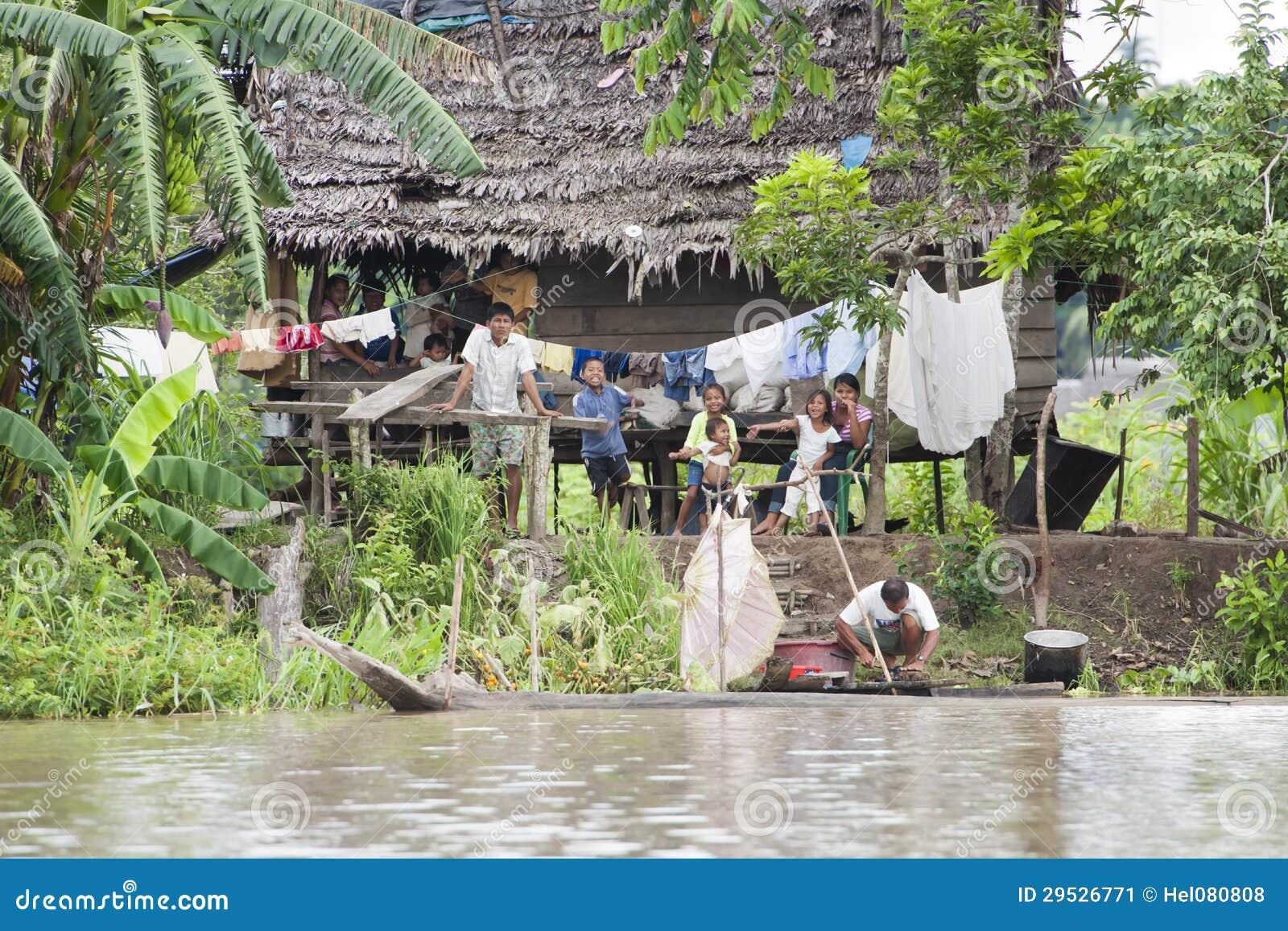 Het typische huis van amazonië met inwoners amazonië