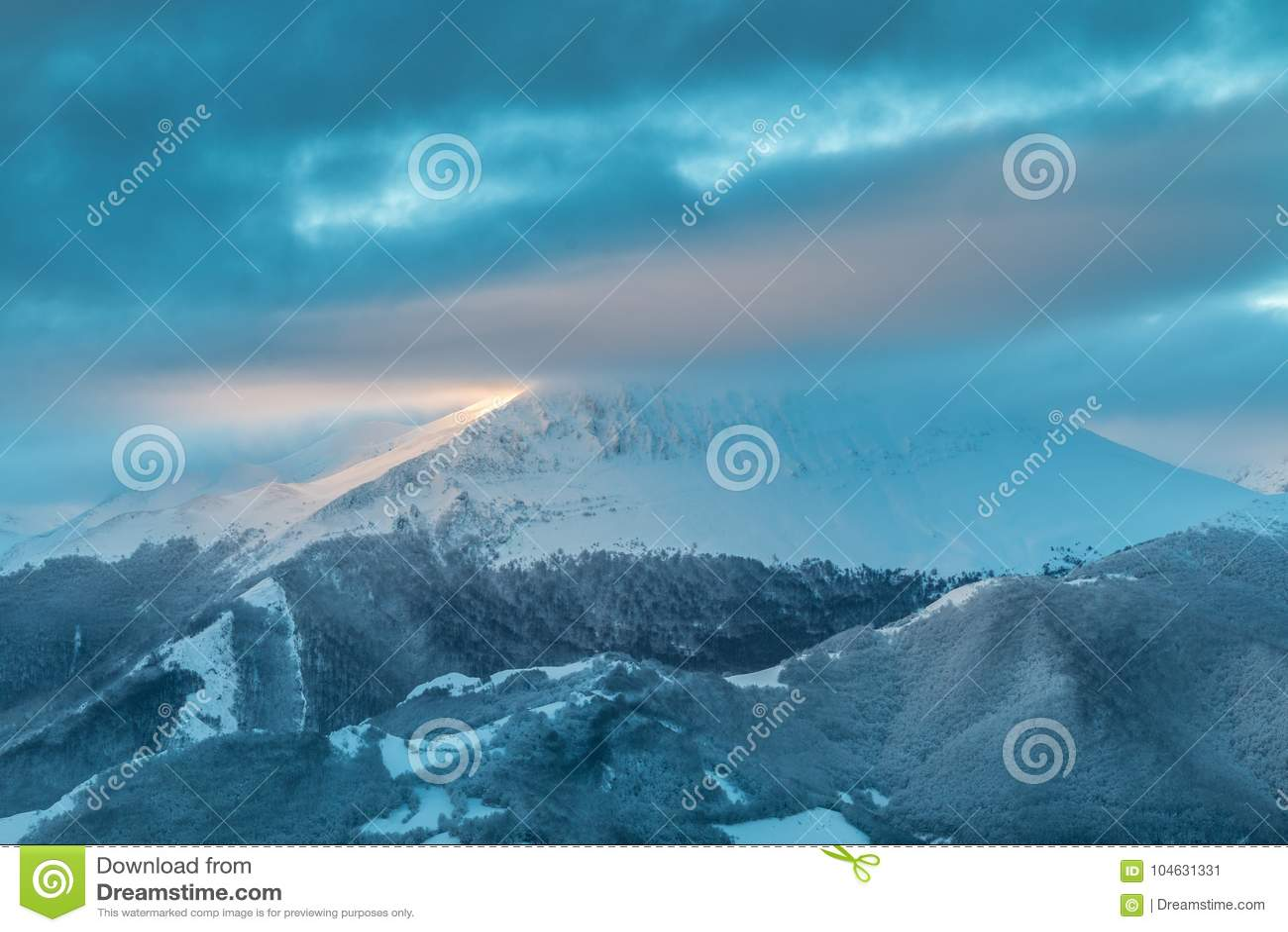Download Het Ubiña-massief stock afbeelding. Afbeelding bestaande uit north - 104631331