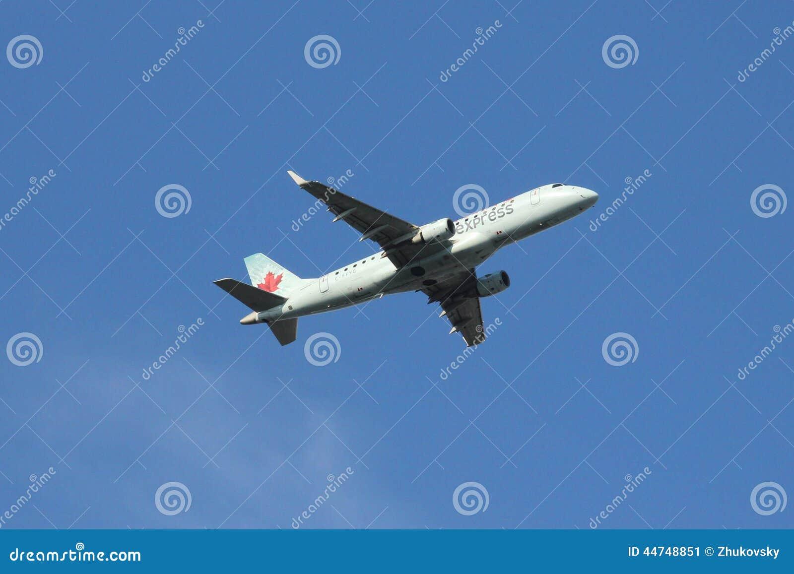Het Uitdrukkelijke Embraer ERJ vliegtuig die van Air Canada van de Luchthaven van La van start gaan Guardia