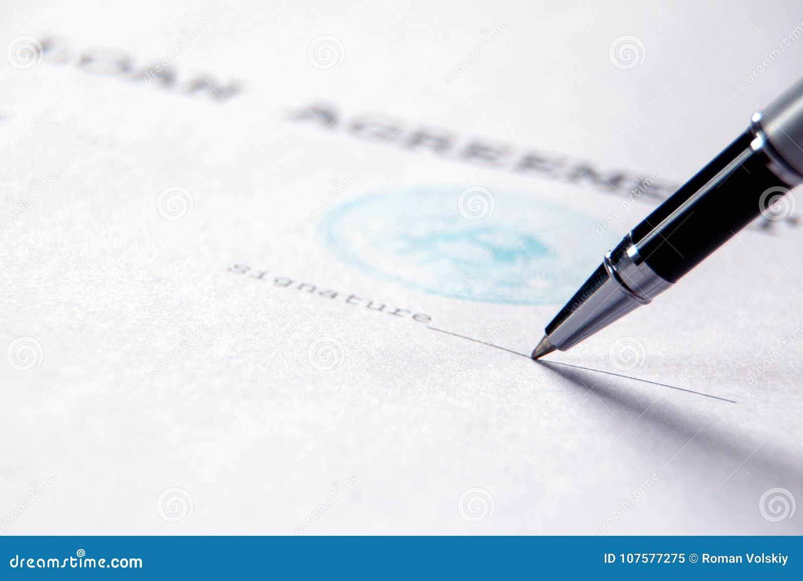 Het uiteinde van de ballpoint begint op de kredietovereenkomst met de bitcoinzegel te ondertekenen Het concept het contract van p