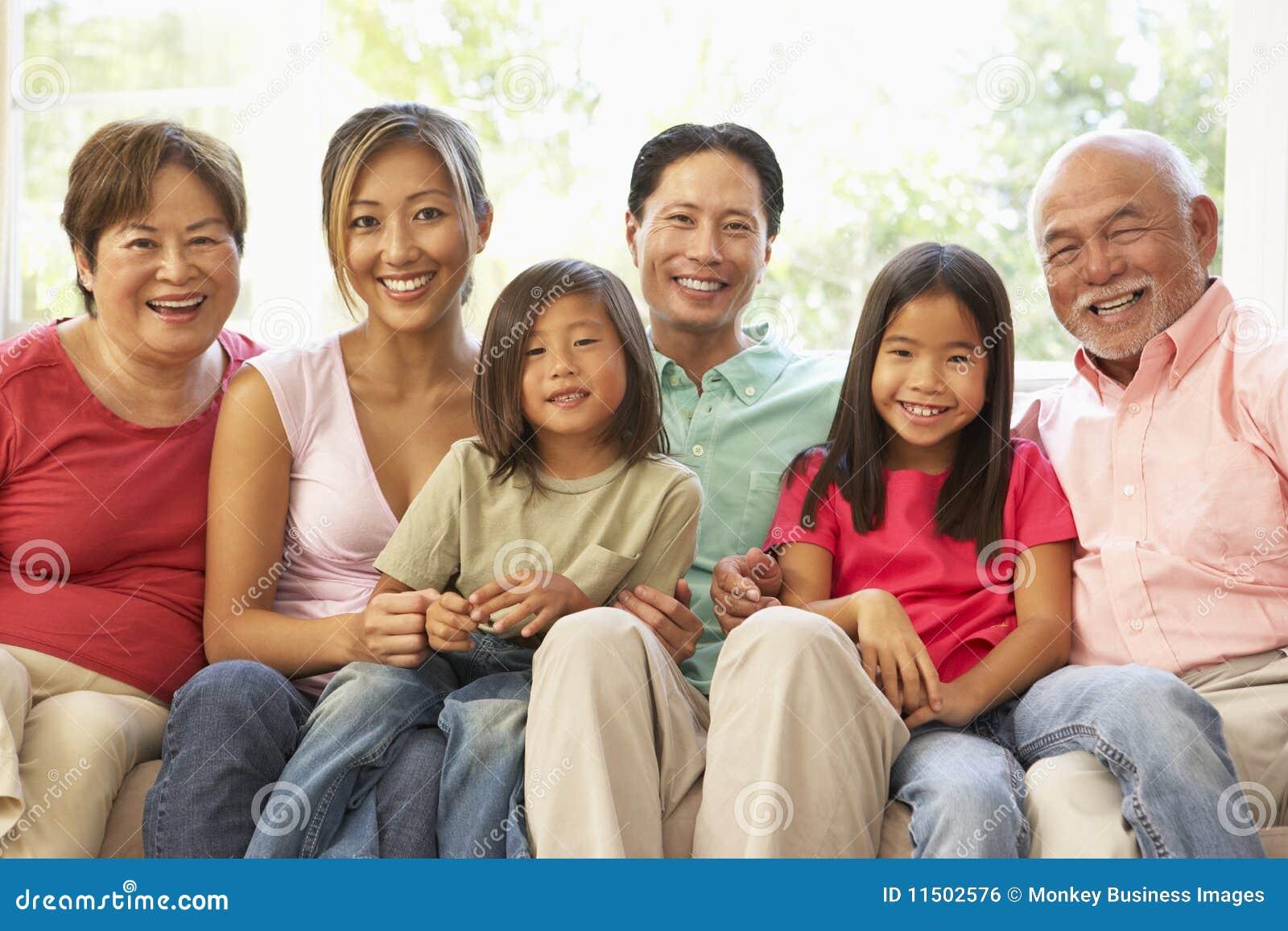 Het uitgebreide ontspannen van de familie op bank thuis samen stock foto afbeelding 11502576 - Bank thuis van de wereld ...