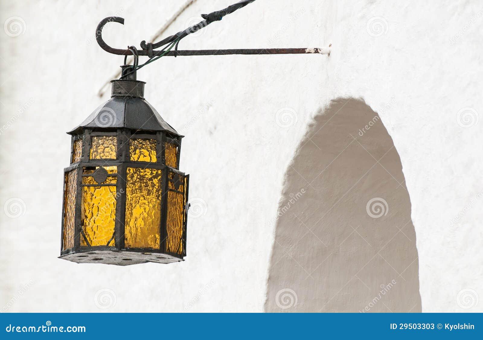 Het uitstekende lantaarn hangen boven overspannen ingang.