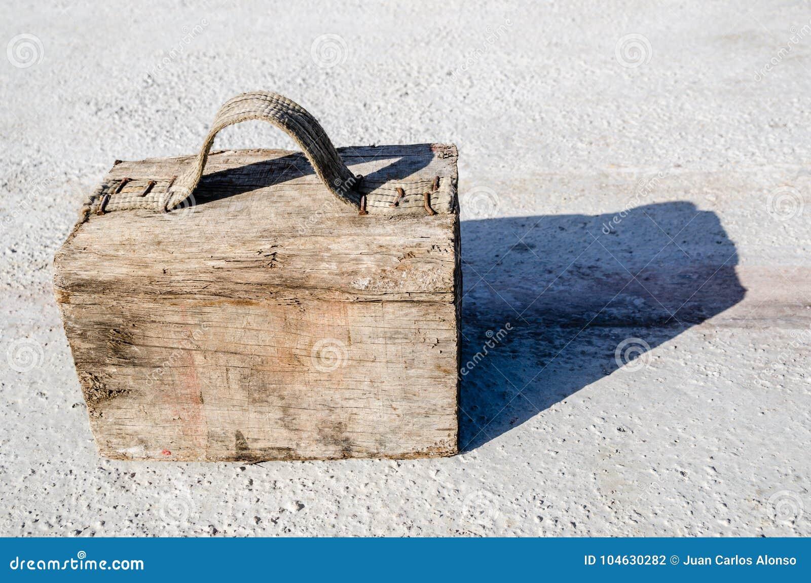 Download Het Valse Houten Geval Maakte Met Een Blok En Een Textielhandvat Vast Met Spijkers Stock Foto - Afbeelding bestaande uit blok, nana: 104630282