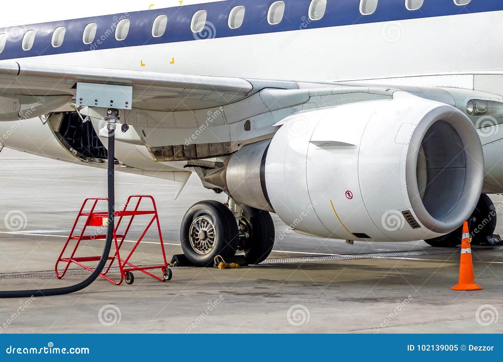 Het van brandstof voorzien van vliegtuigen, mening van de vleugel, slang, motor De luchthavendienst