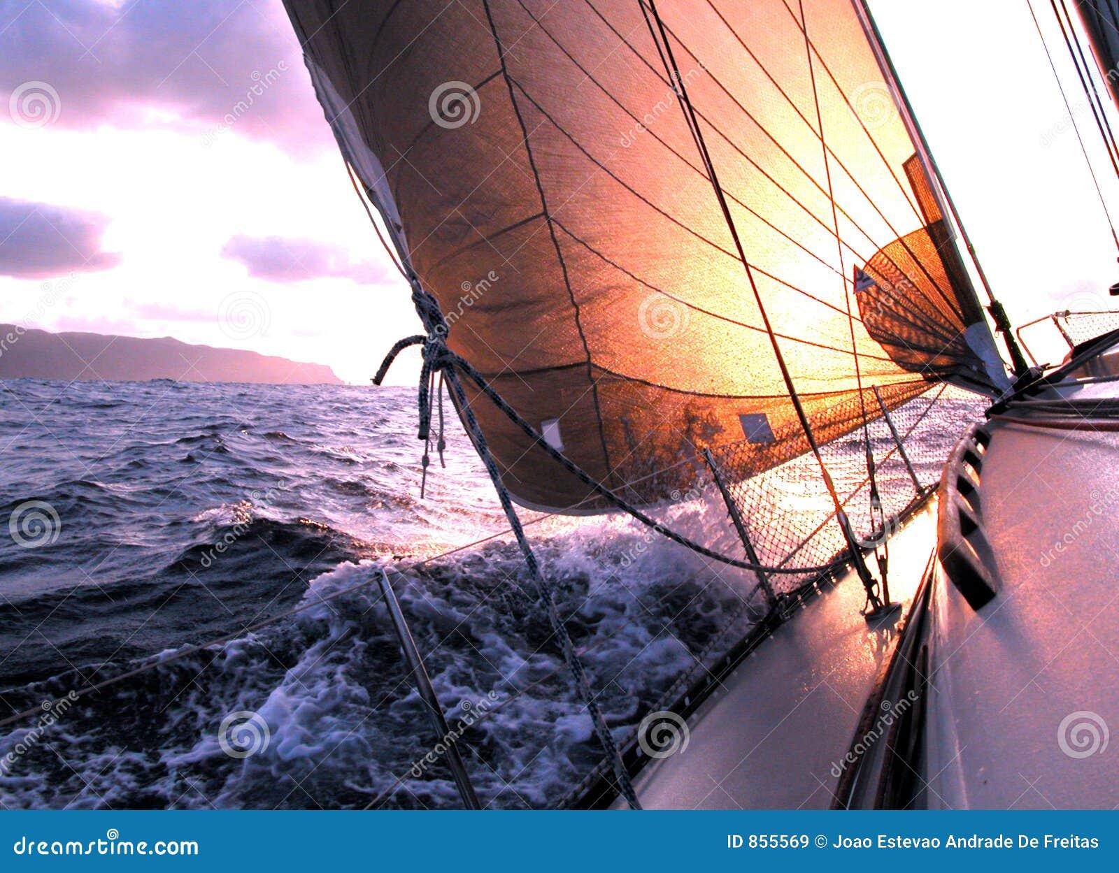 Het varen aan de zonsopgang