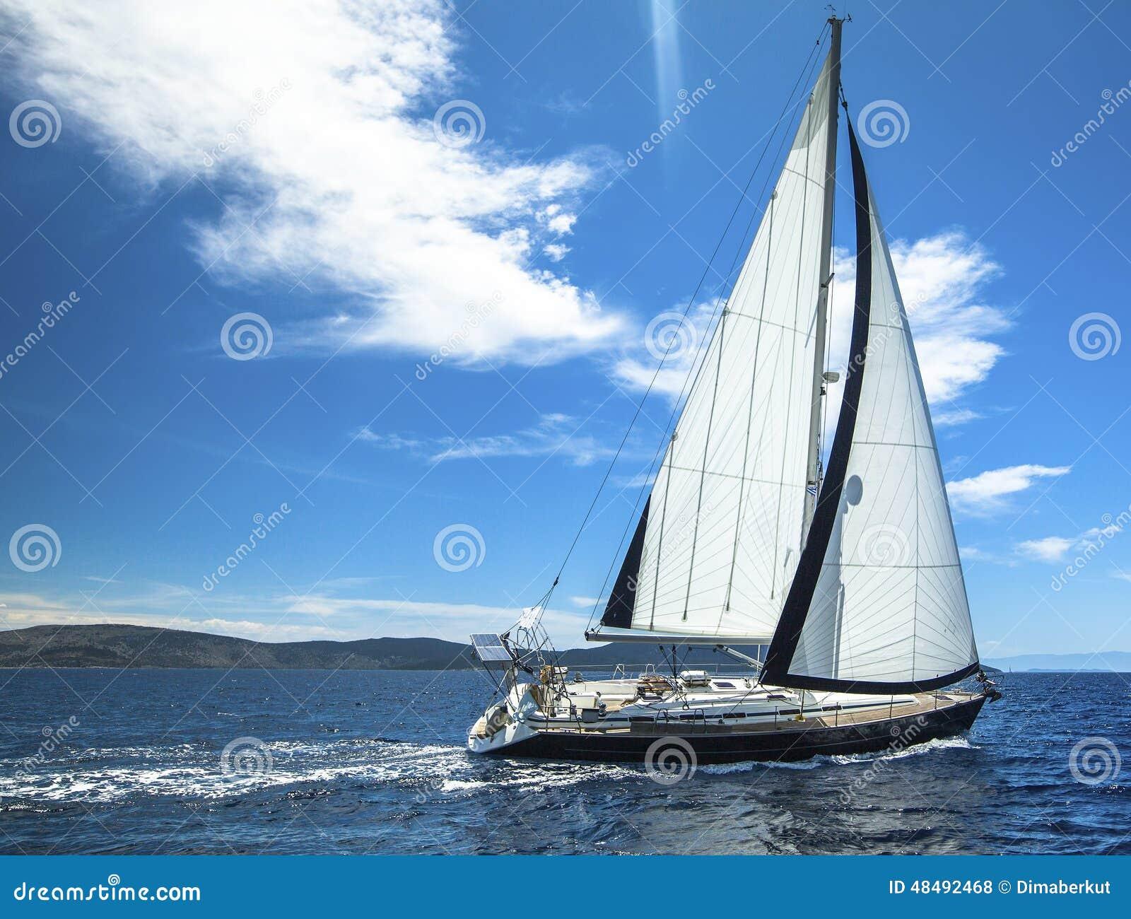 Het varen in de wind door de golven sailing