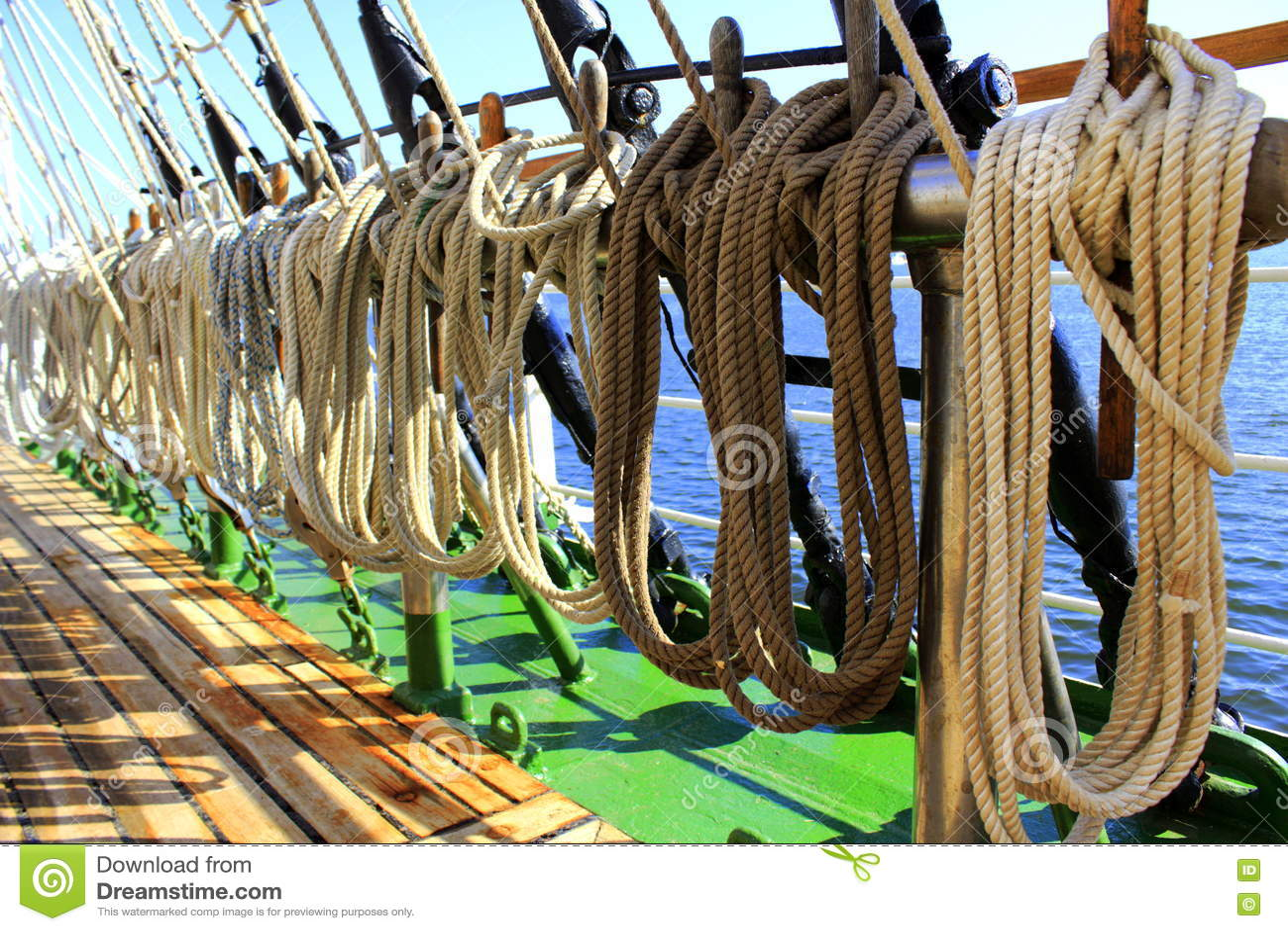 Het varen schipkabels het monteren