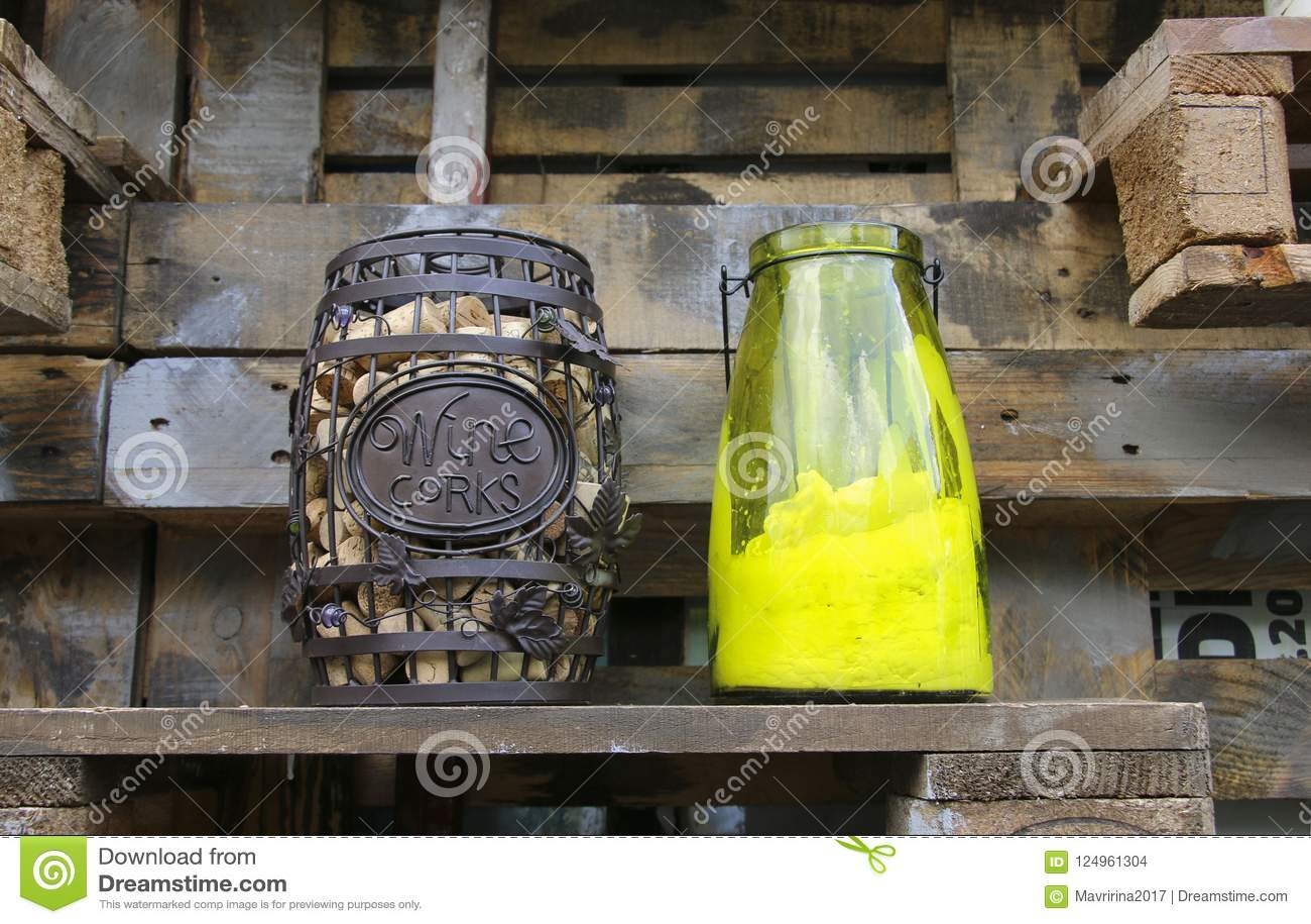 Het vat wijn kurkt op een houten plank dichtbij de houten muur en