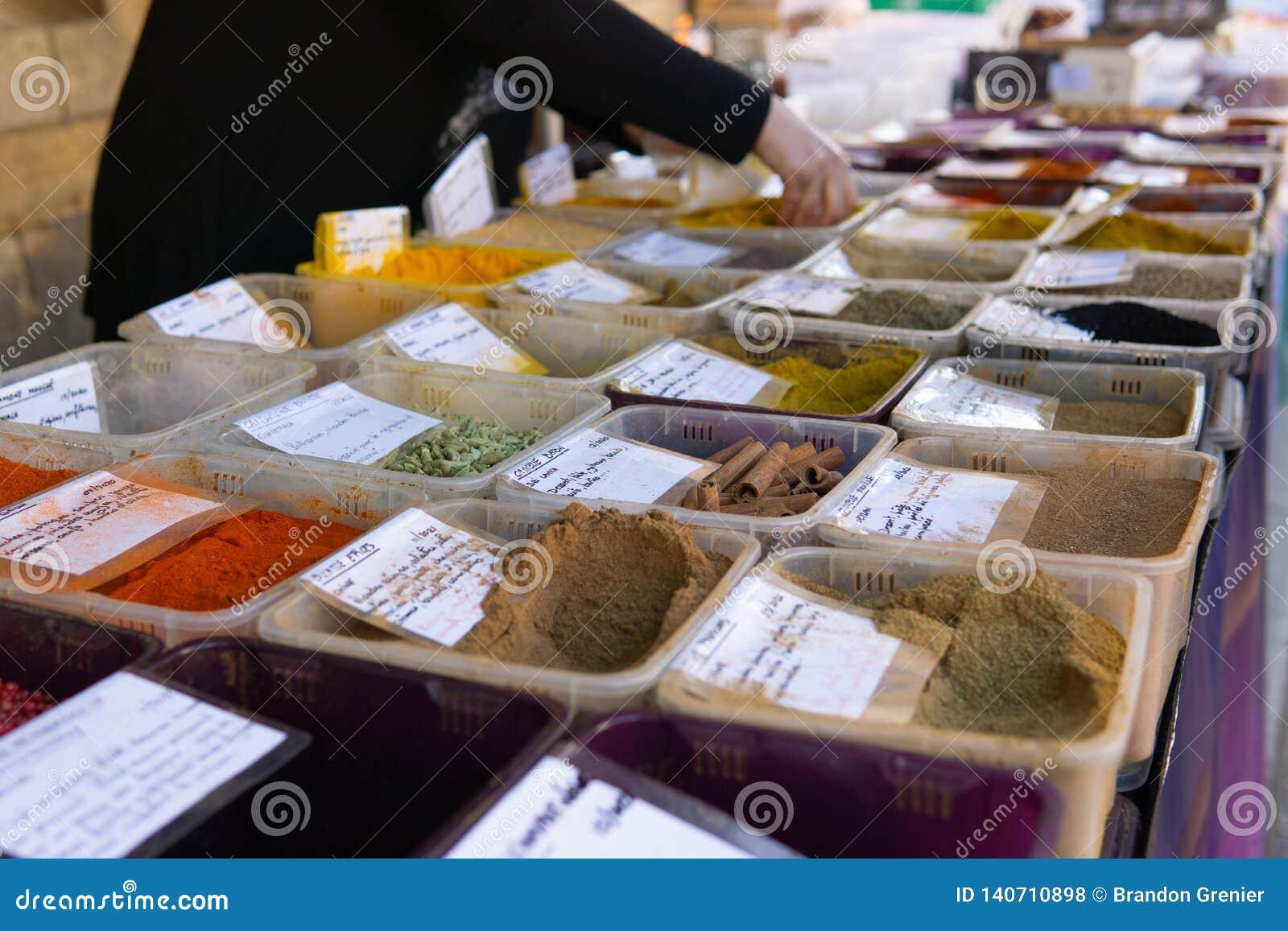 Het veelkleurige de straatschot van de kruidmarkt overhandigt dienende klant