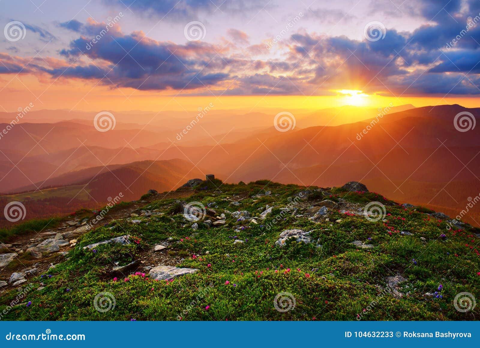 Download Het Verbazende Landschap Van De Berg Stock Afbeelding - Afbeelding bestaande uit avontuur, heuvel: 104632233
