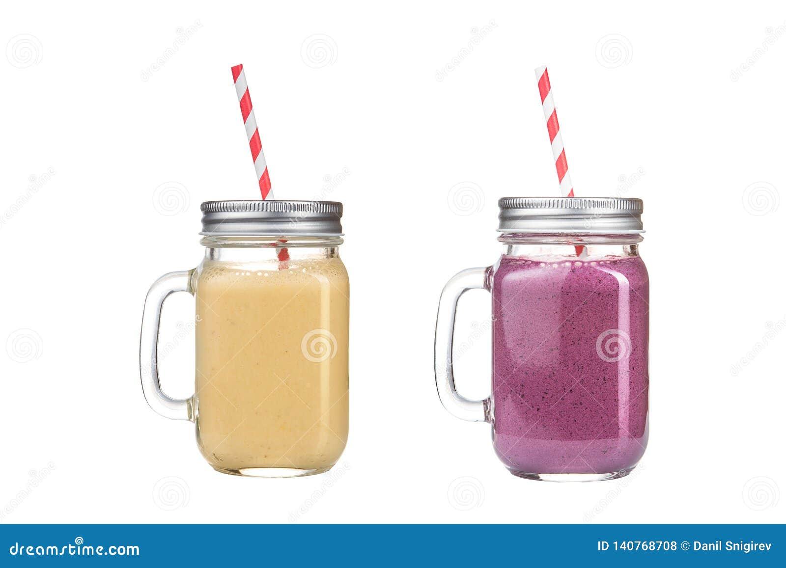 Het verfrissen van heerlijke smoothies in glaskruiken op een witte achtergrond