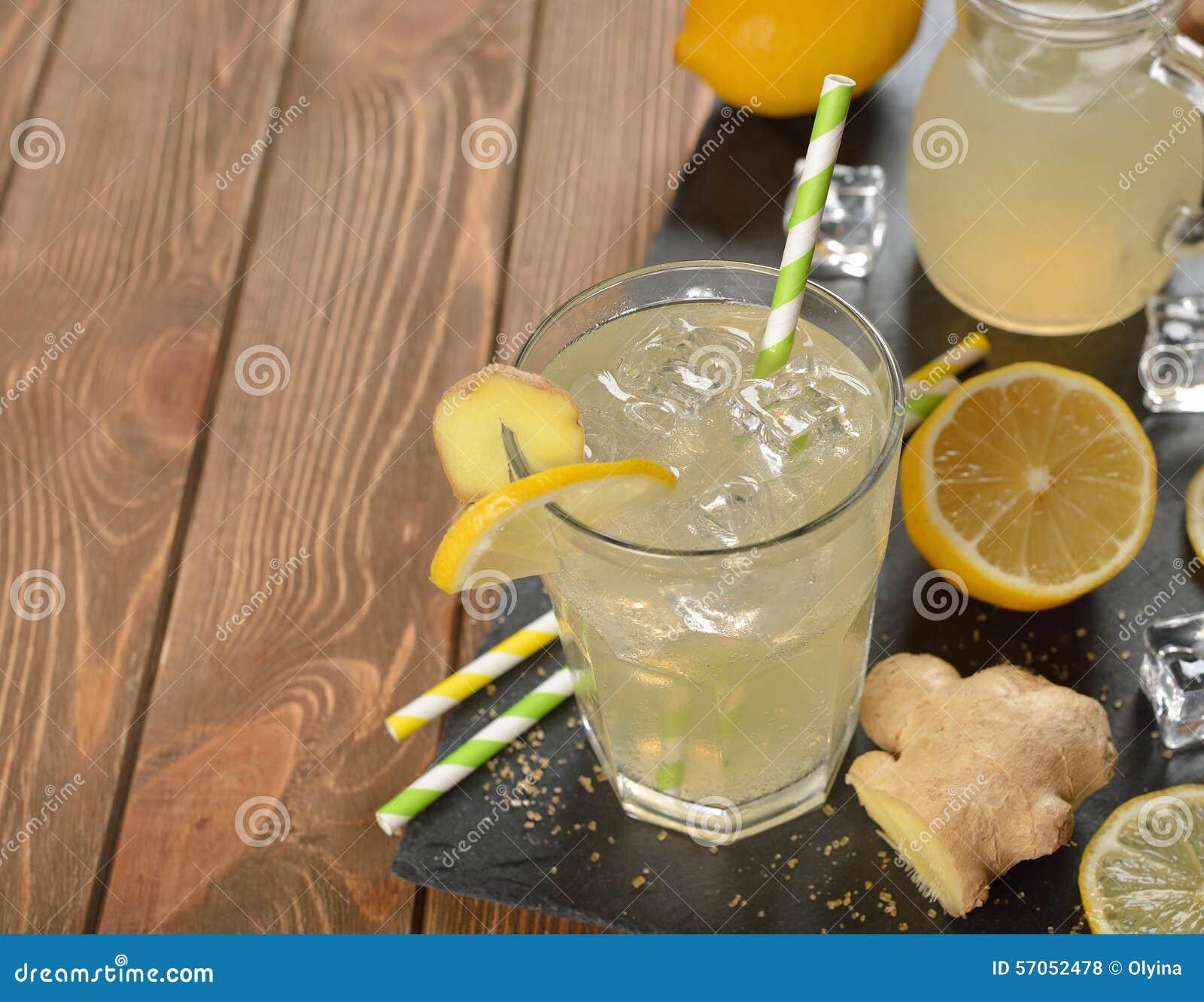 Het verfrissen van koude limonade met gember