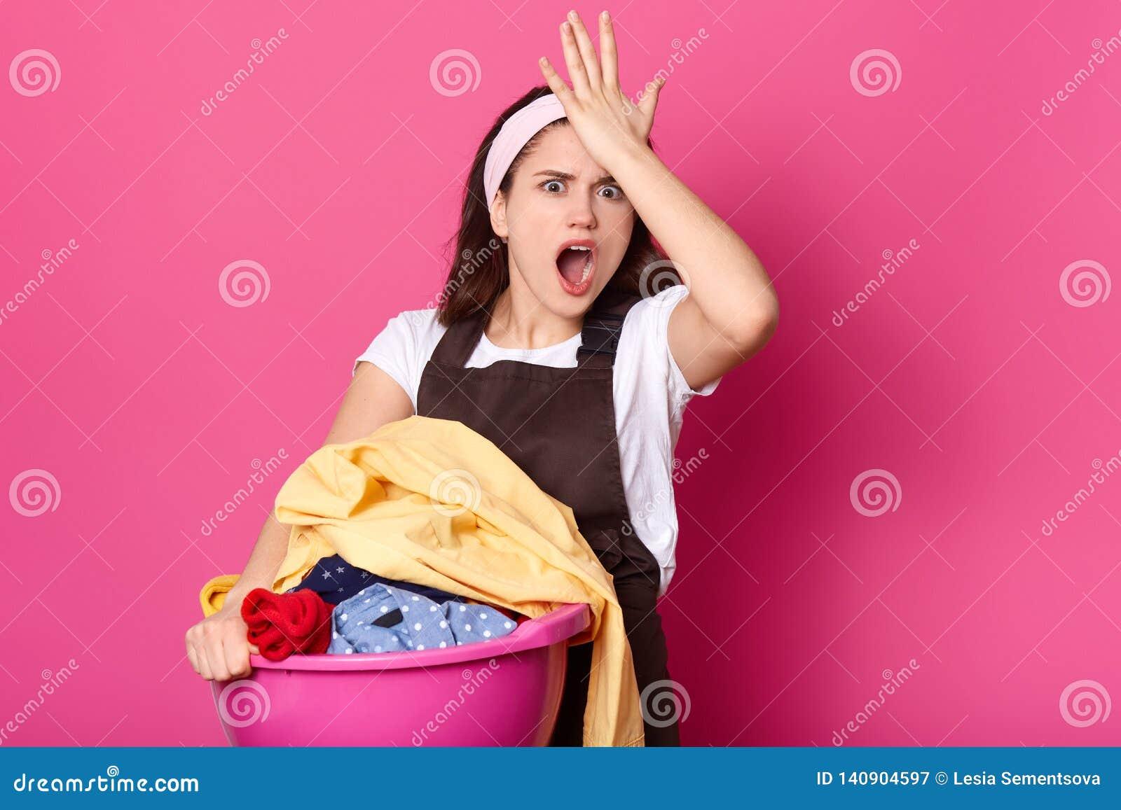 Het vergeetachtige wijfje houdt hand op voorhoofd, herinnert zich zij vergat om waspoeder te kopen, gekleed in witte toevallige t