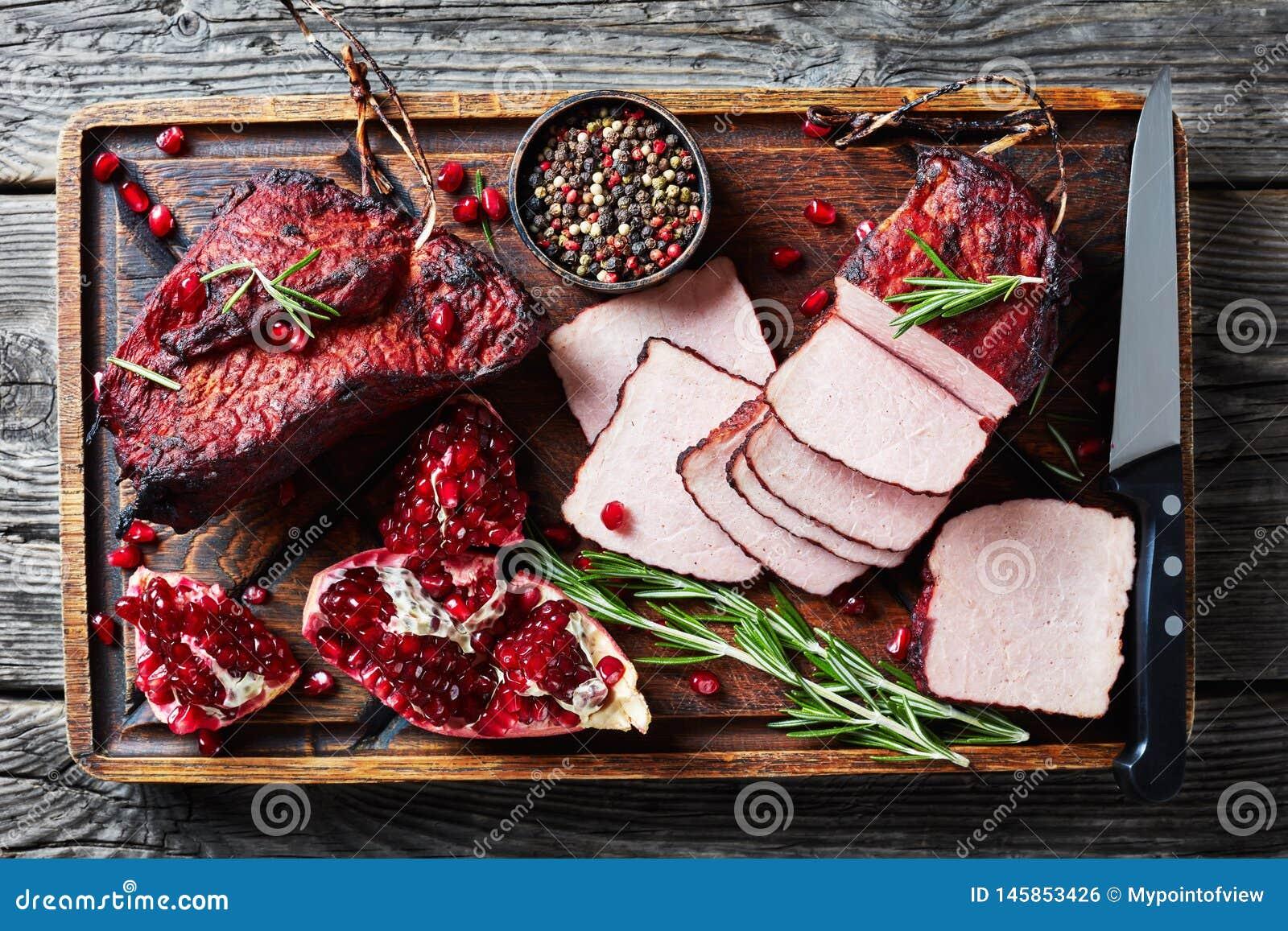 Het verglaasde gerookte haasbiefstuk van het barbecuevarkensvlees, legt vlak