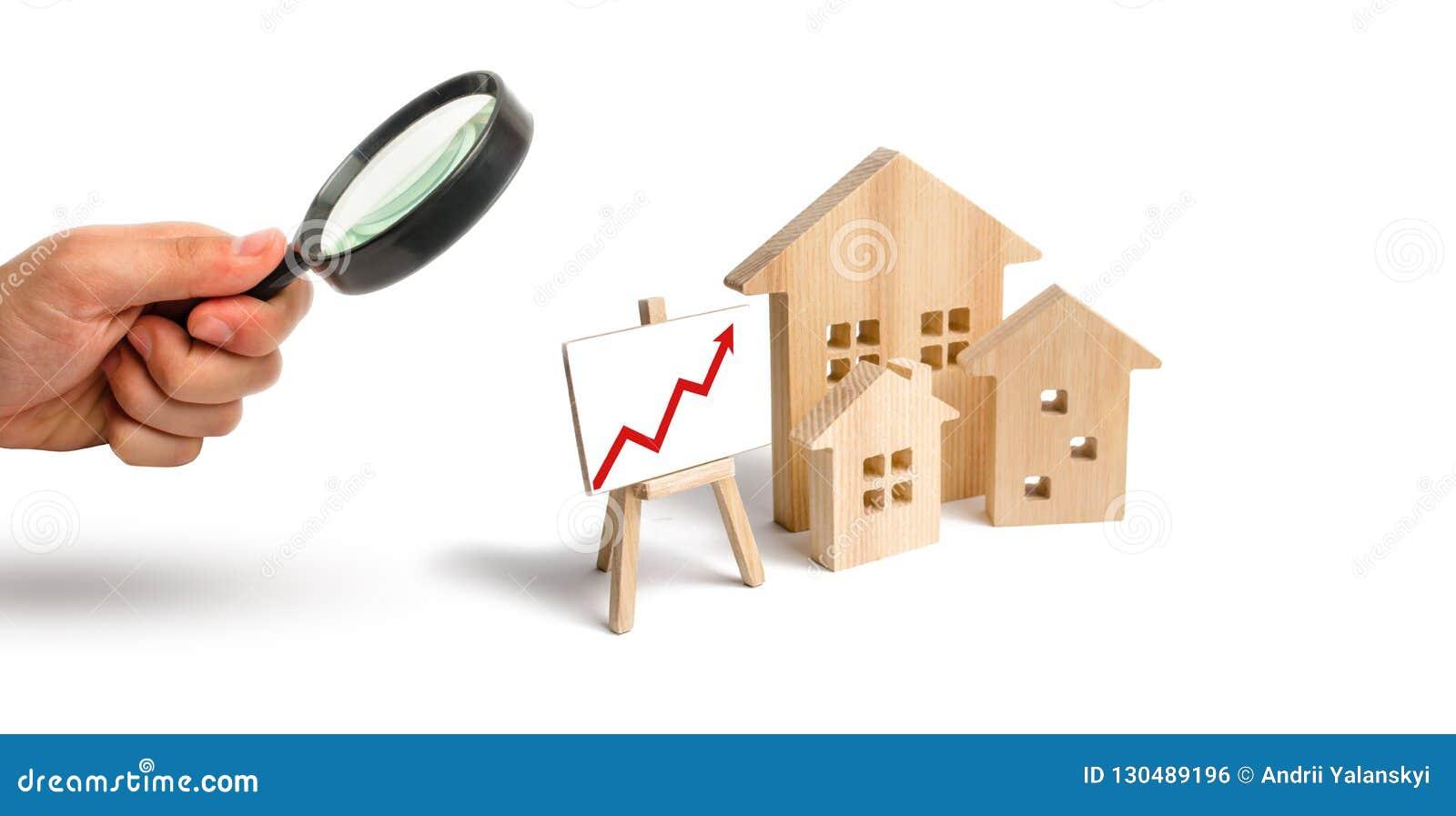 Het vergrootglas bekijkt de Blokhuizentribune met rode omhoog pijl Groeiende vraag naar huisvesting en onroerende goederen De gro
