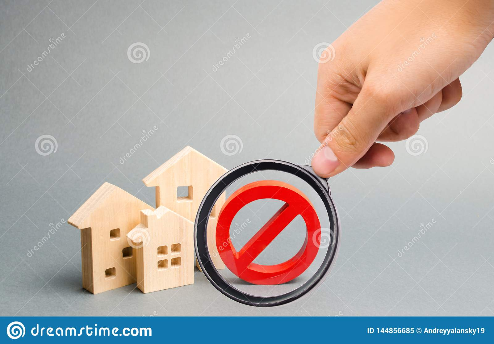 Het vergrootglas bekijkt het Nr-Teken en het blokhuis Niet beschikbaar zijn van huisvesting, bezige of lage levering ontoegankeli