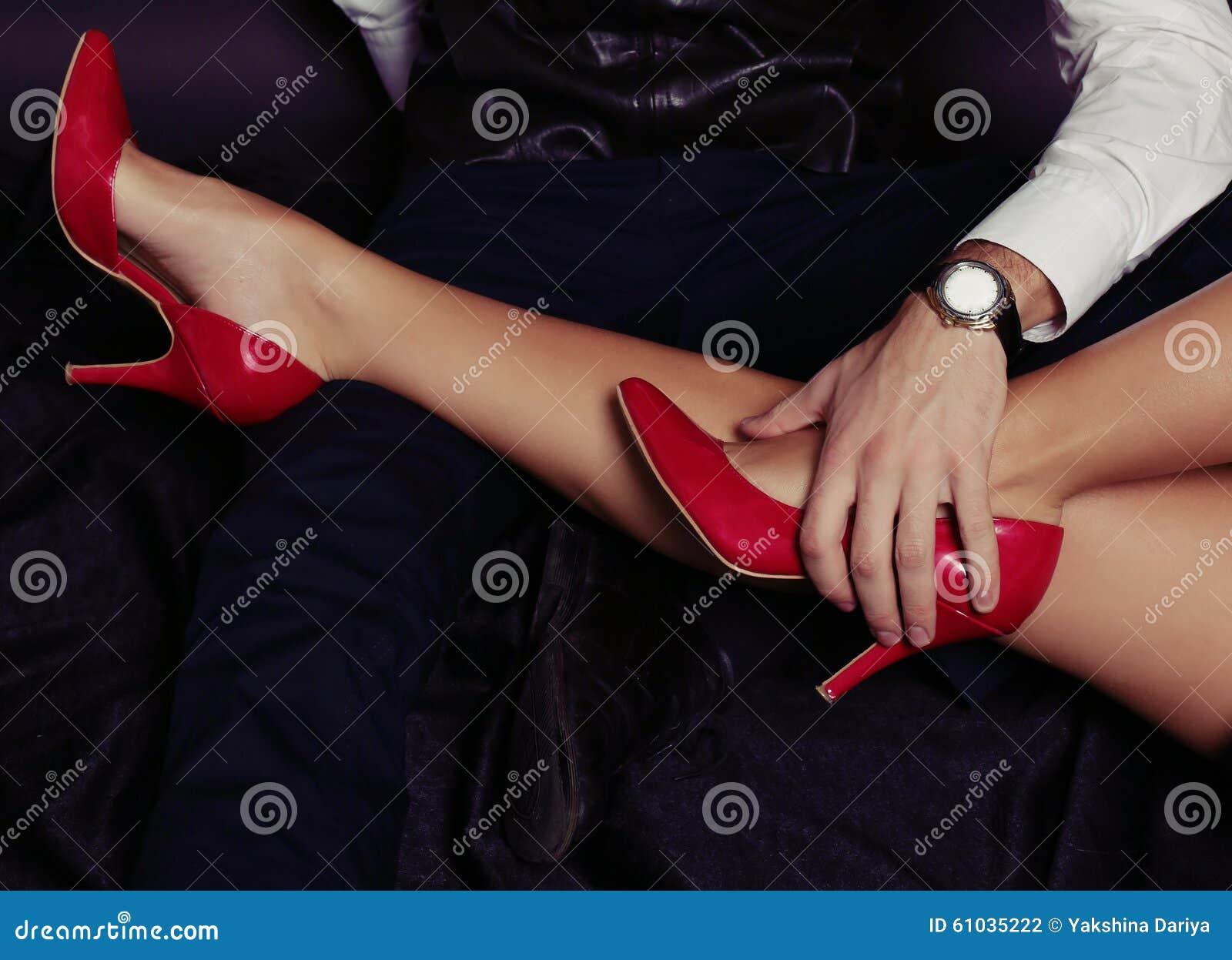 Het verhaal van de bureauliefde De benen van de vrouw in rode schoenen