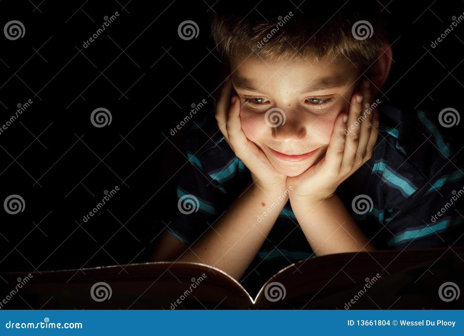 Het verhaal van de de lezingsbedtijd van de jongen stock foto afbeelding 13661804 - Opslagkast ruimte van de jongen ...