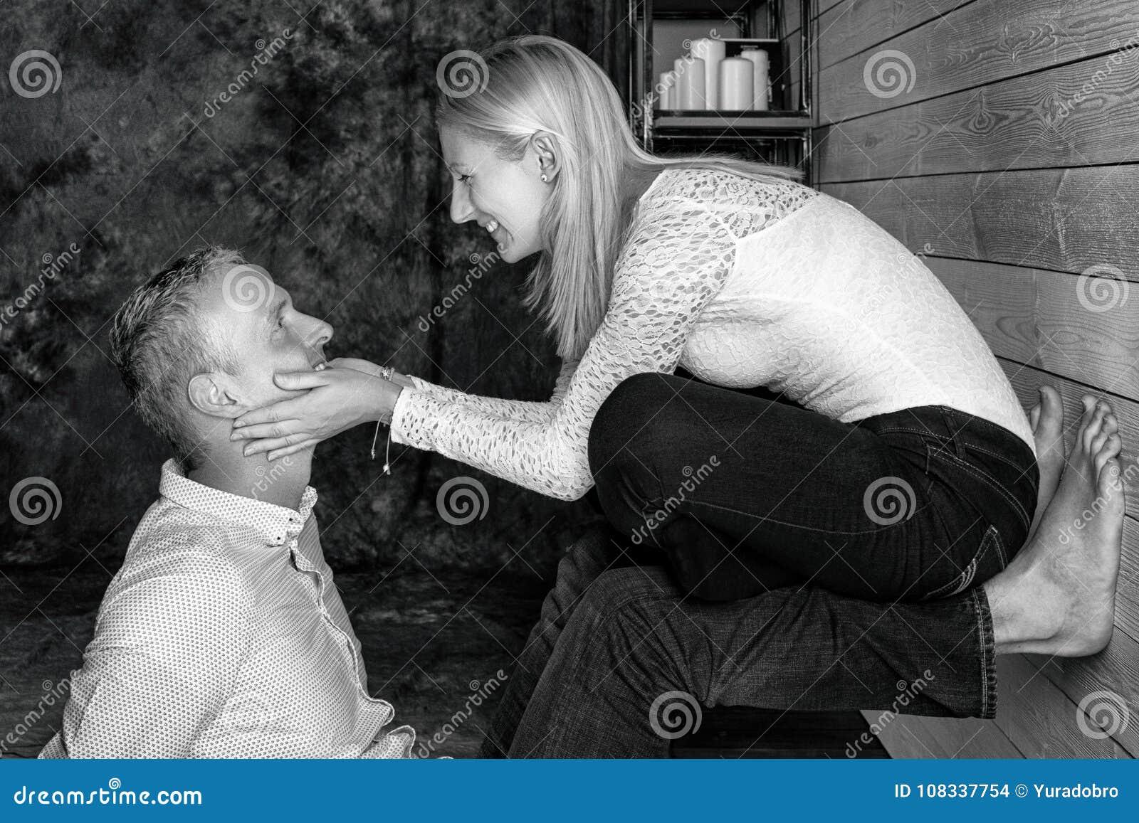 Het verhaal van de liefde Mooi gelukkig paar De kerel en het meisje houden van elkaar