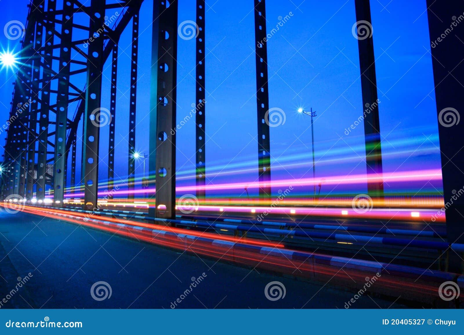 Het verkeer van de brug bij nacht