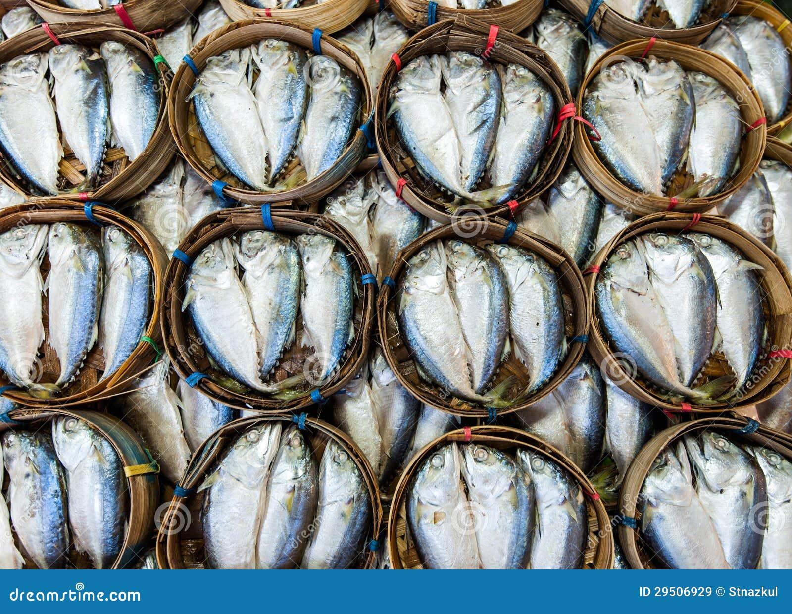 Het verkopen van de makreel op mand