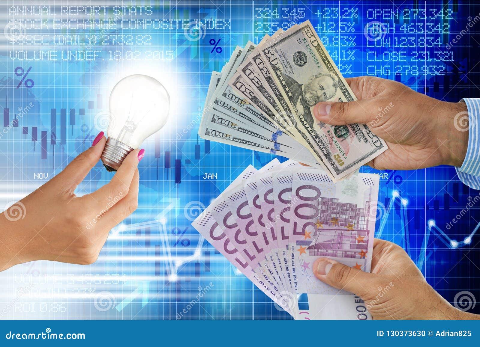 Het verkopen van het idee of innovatieconcept met gloeilamp in vrouwenhand en bieders met contant geldgeld in verschillende munte