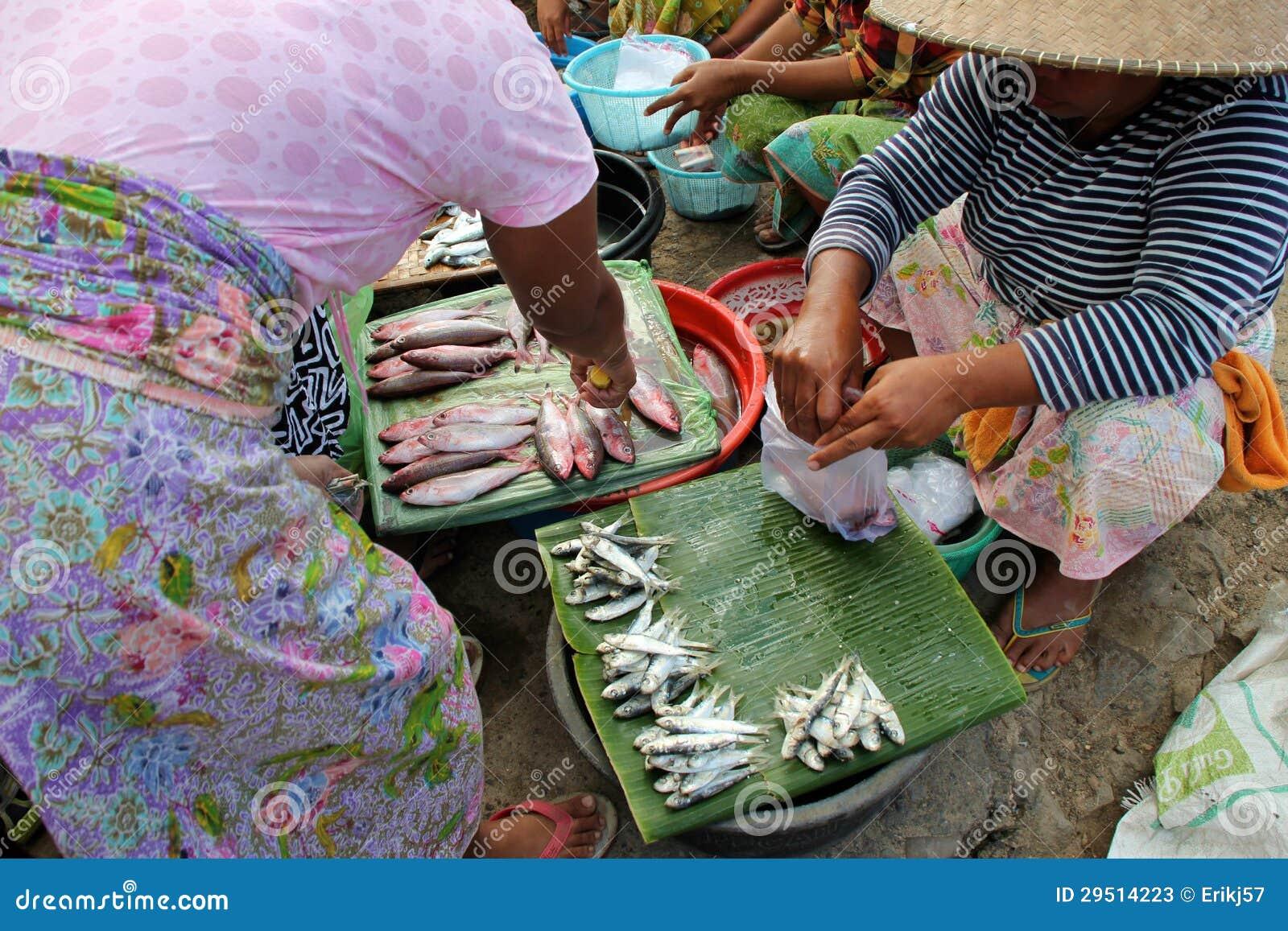 Het verkopen vissen bij een traditionele markt in Lombok