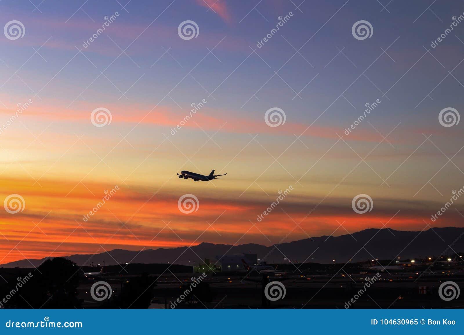 Download Het Verlaten Van Californië In Schemering Redactionele Afbeelding - Afbeelding bestaande uit straal, vliegtuigen: 104630965
