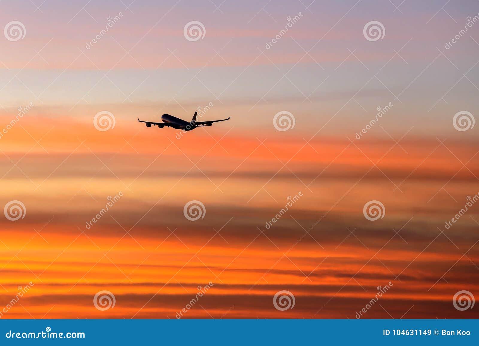 Download Het Verlaten Van Californië In Schemering Stock Afbeelding - Afbeelding bestaande uit twilight, luchthaven: 104631149