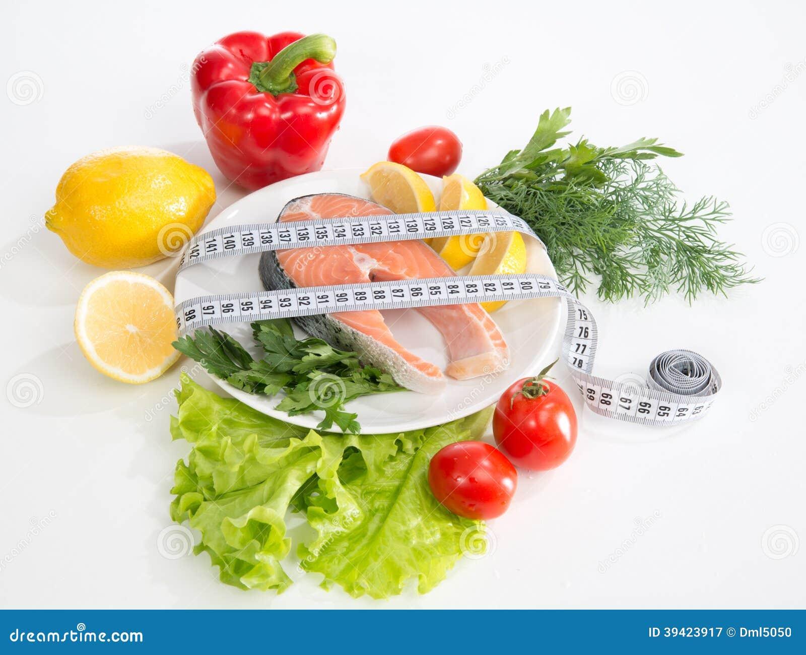 Het verliesconcept van het dieetgewicht. Vers zalmlapje vlees voor lunch