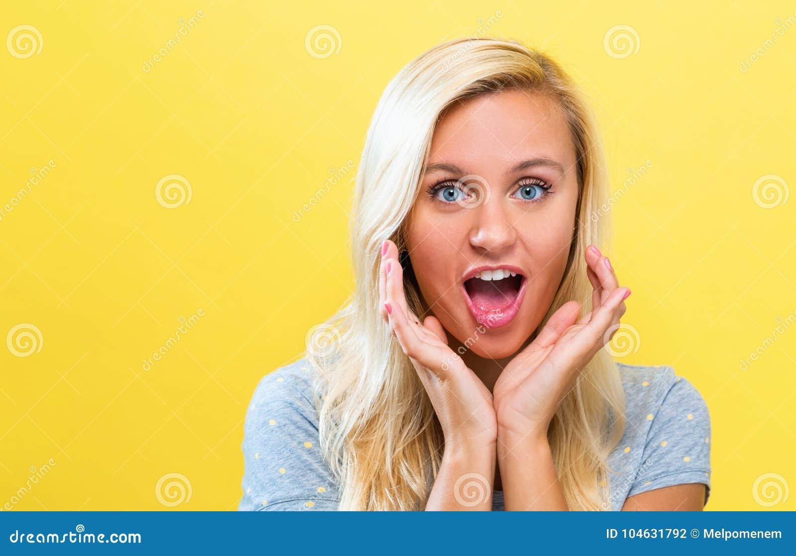 Download Het Verraste Jonge Vrouw Stellen Op Een Stevige Achtergrond Stock Foto - Afbeelding bestaande uit solid, portret: 104631792