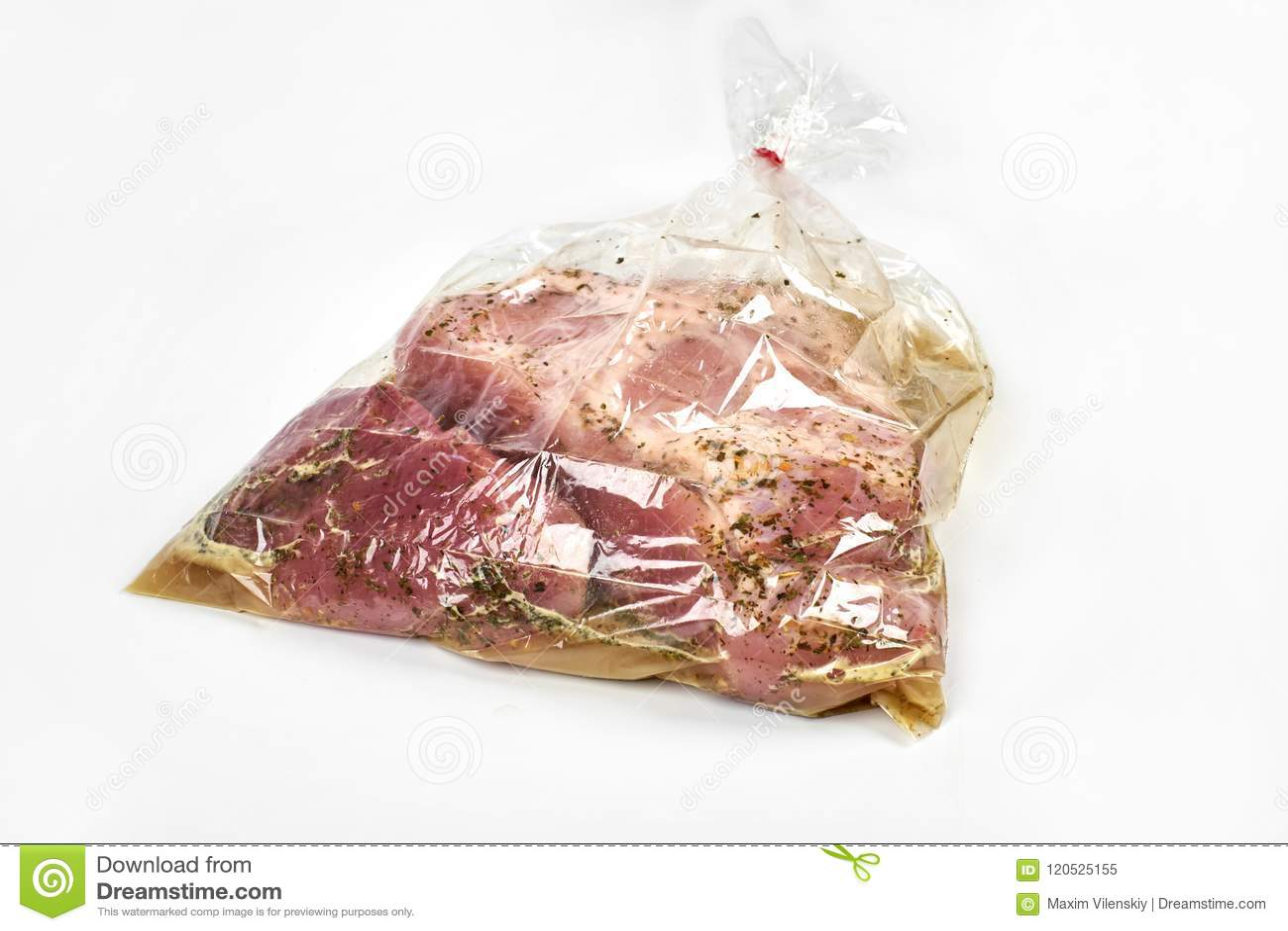 Het verse die vlees in een koker met kruiden, voor baksel wordt verpakt is klaar voor baksel, op witte achtergrond wordt geïsolee