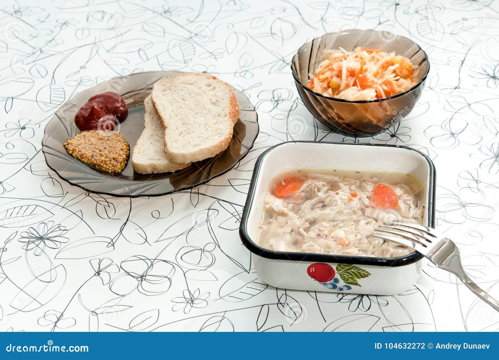 Download Het Verse Gieten Op Een Lichte Raad Met Mosterd, Ketchup, Brood Stock Foto - Afbeelding bestaande uit vers, gastronomisch: 104632272