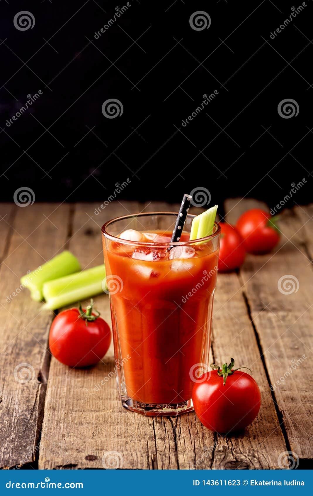 Het verse Smakelijke Sap van de Tomatenselderie in Glas Verse Tomaten en Groene Selderie op Oude Houten Drankverticaal de Achterg