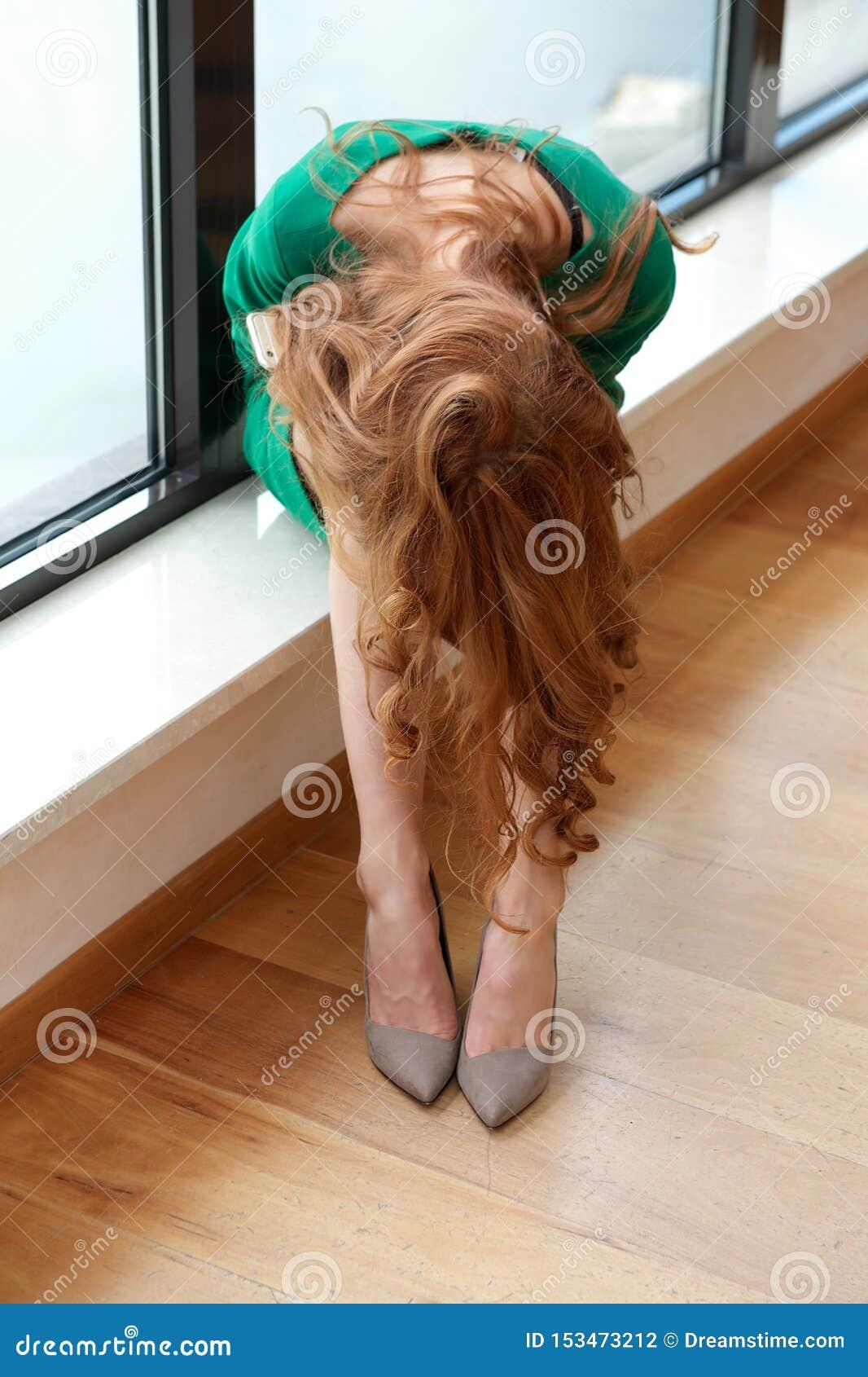 Het verstoorde meisje behandelde haar gezicht met haar handen