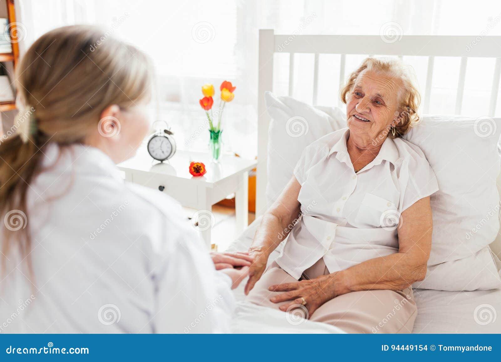 Het verstrekken van zorg voor bejaarden Arts die bejaarde patiënt thuis bezoeken