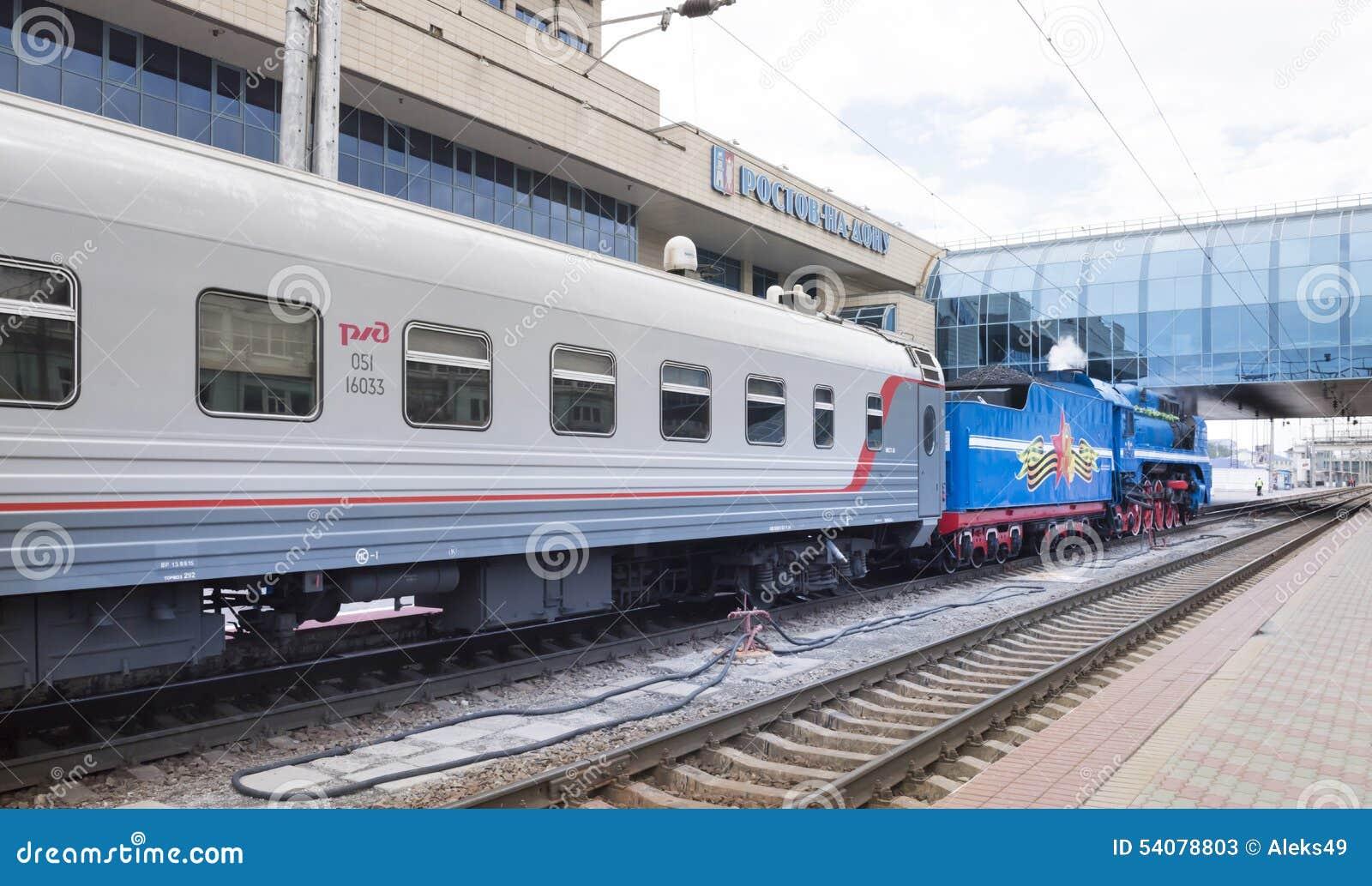 Het vertrek van een passagierstrein met een stoom voortbewegingsp 36