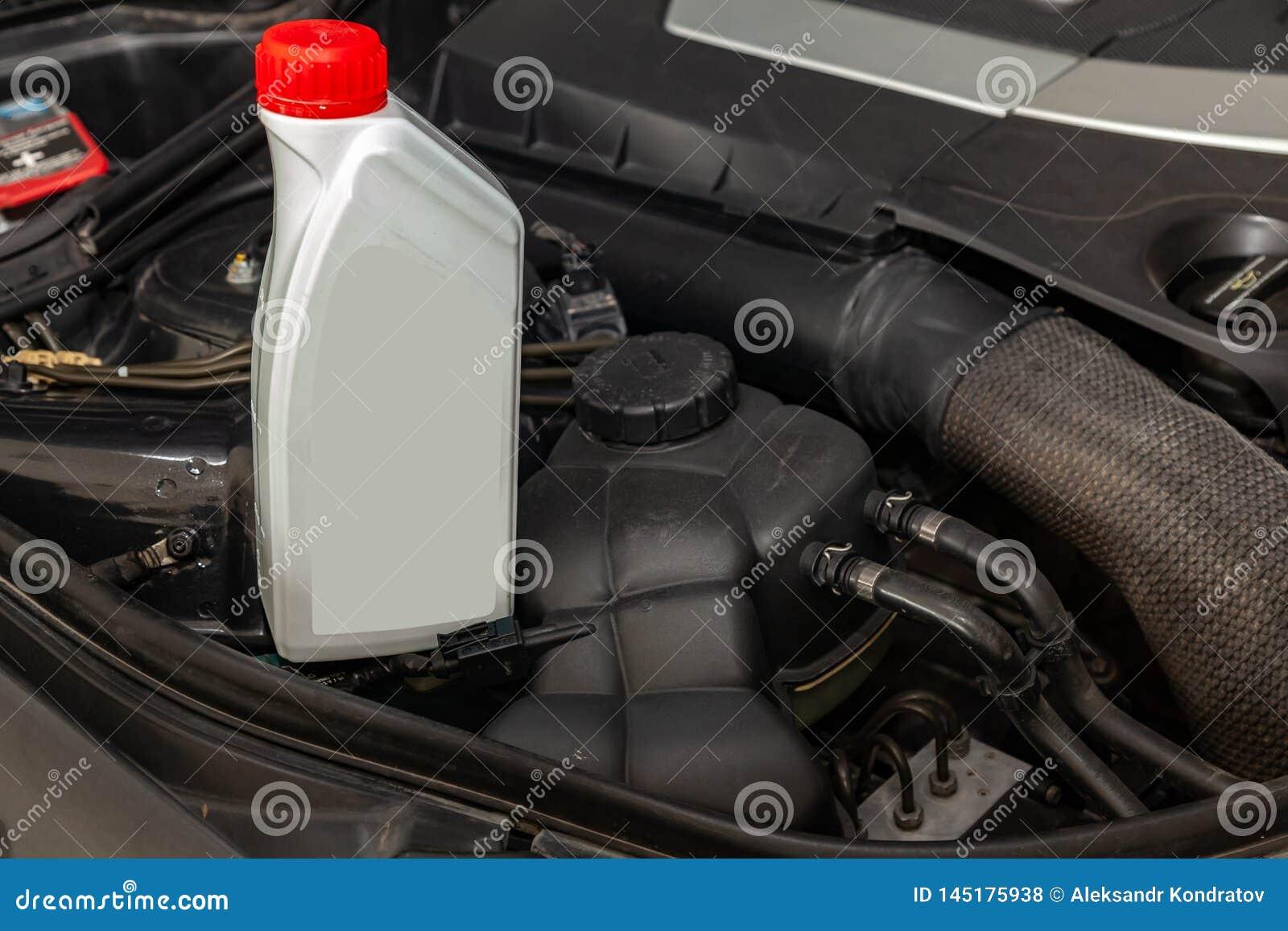 Het vervangstuk voor motor van een auto één literfles of kan van smeermiddel in grijs met rood GLB op een achtergrond met onder