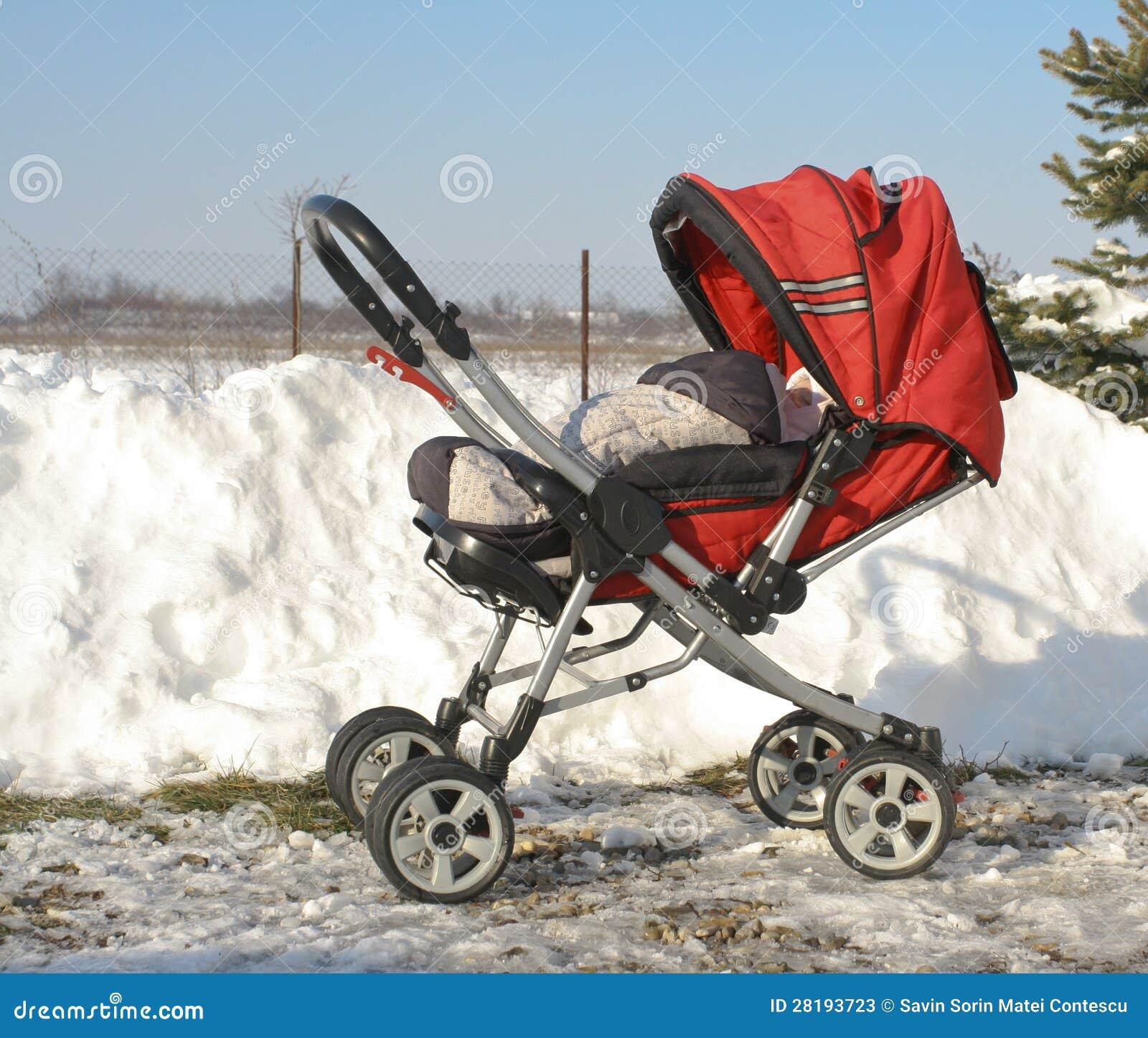 Het vervoerskinderwagen van de baby in de winter